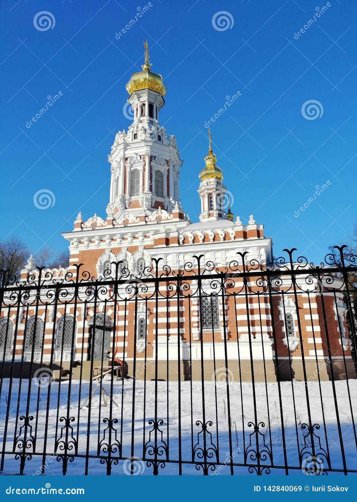 Świątynia za ogrodzeniem