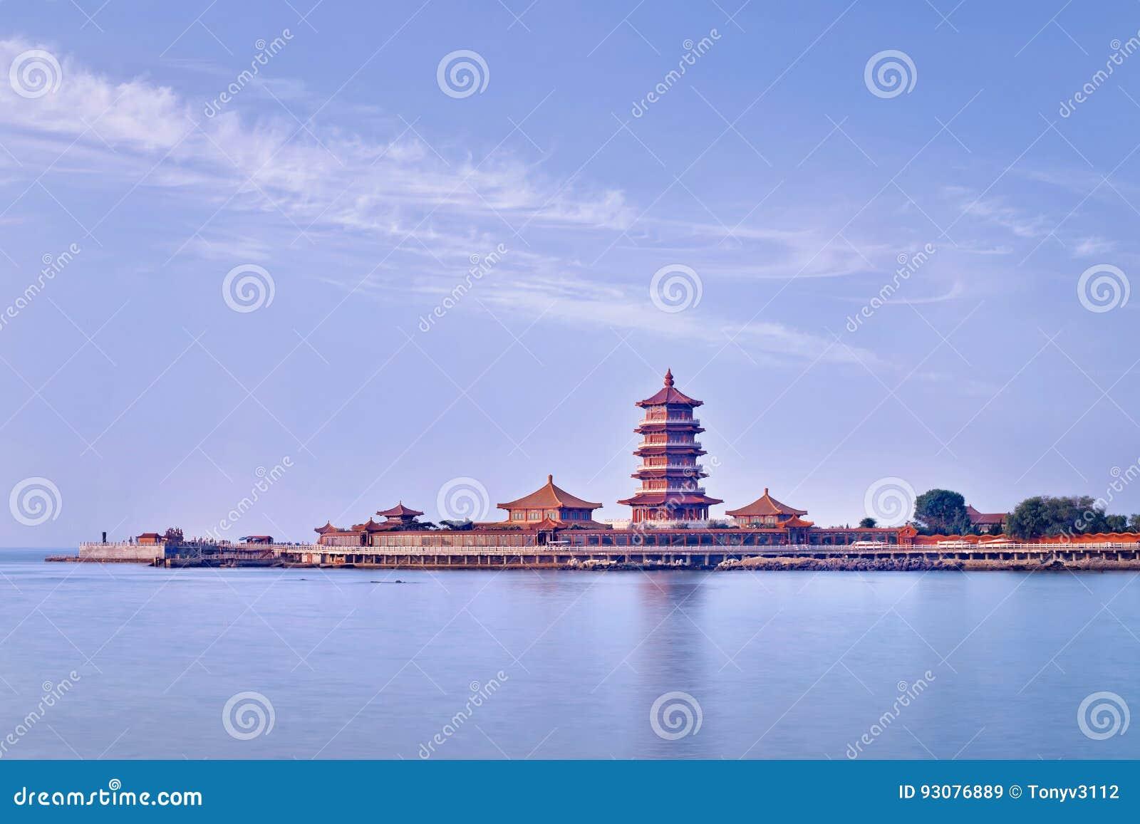 Świątynny kompleks na półwysepie z pagodą, Penglai, Chiny