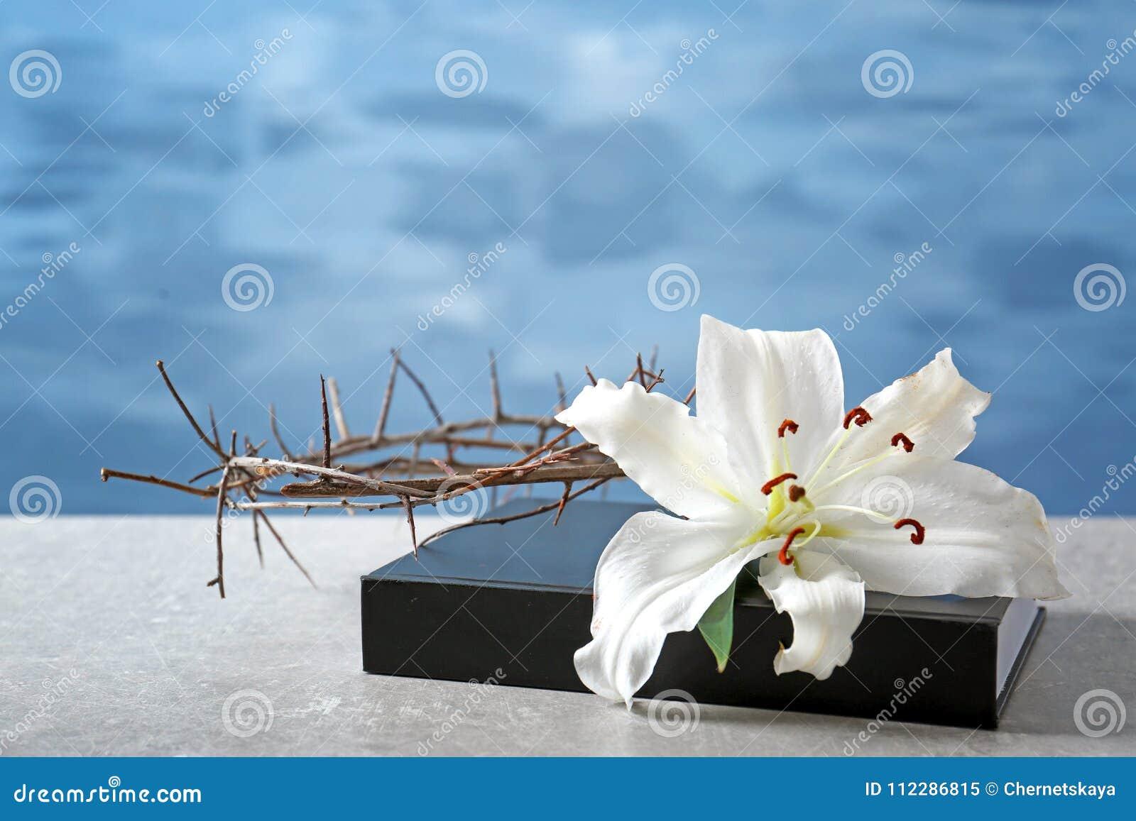 Święta biblia, korona ciernie i biała leluja,