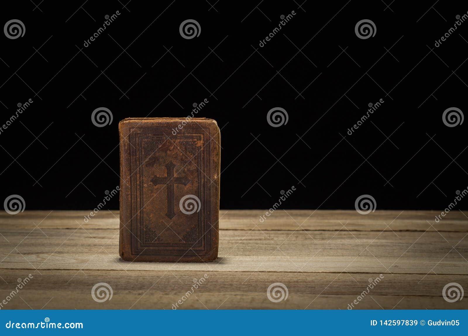 Święta biblia na lesistym stole Czarny tło