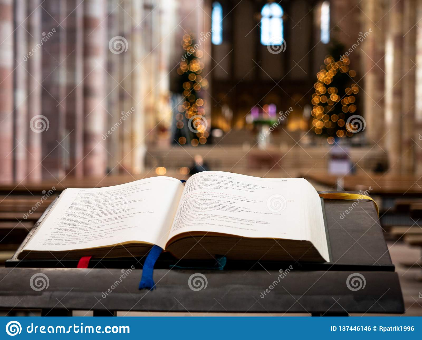Święta biblia w Speyer katedrze