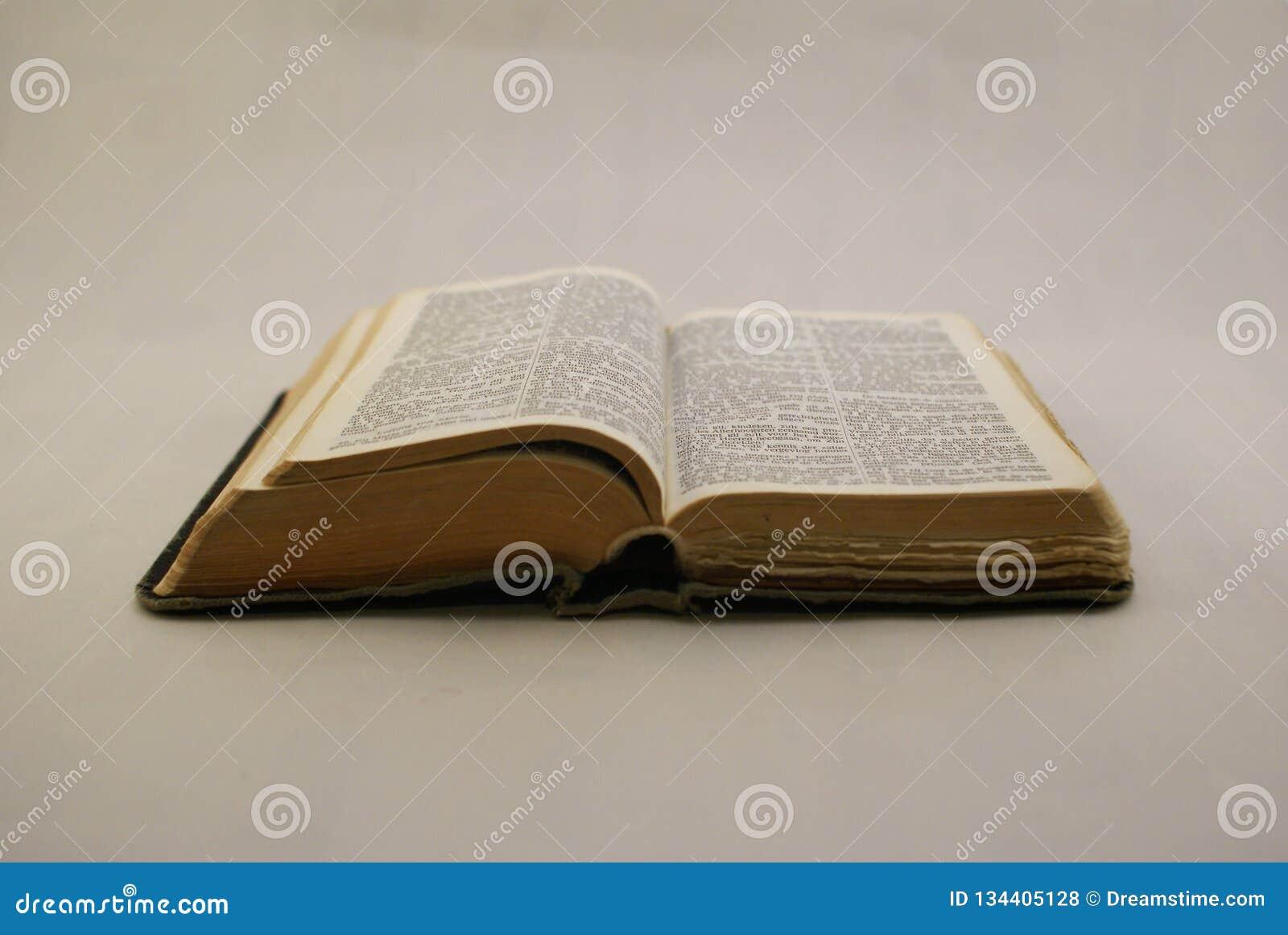Świętej biblii kłaść otwieram