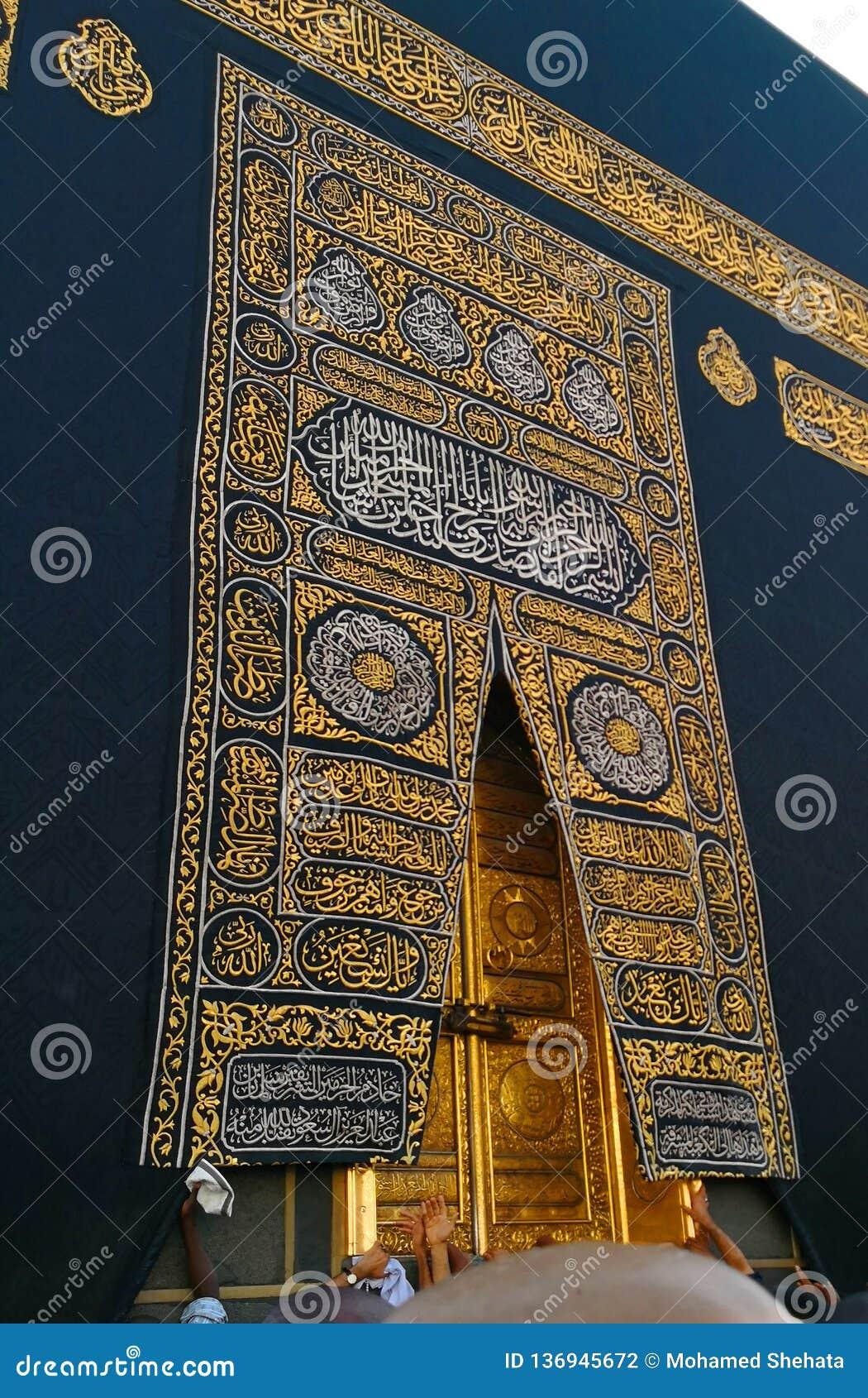 Święty Kaaba drzwi w świętym meczecie podczas tawaf gdy umra