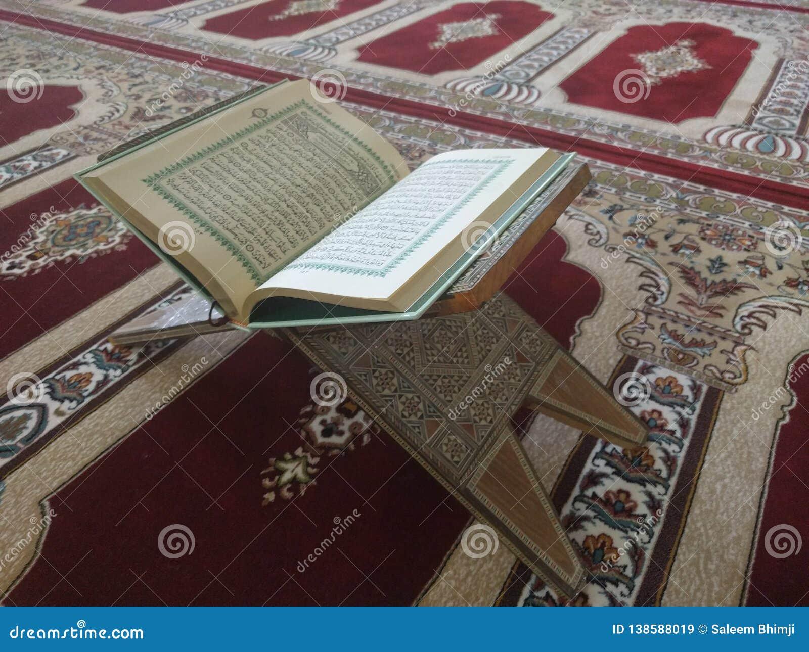 Święty koran w Angielskim i Arabskim na pięknym wzorze Projektował dywanika