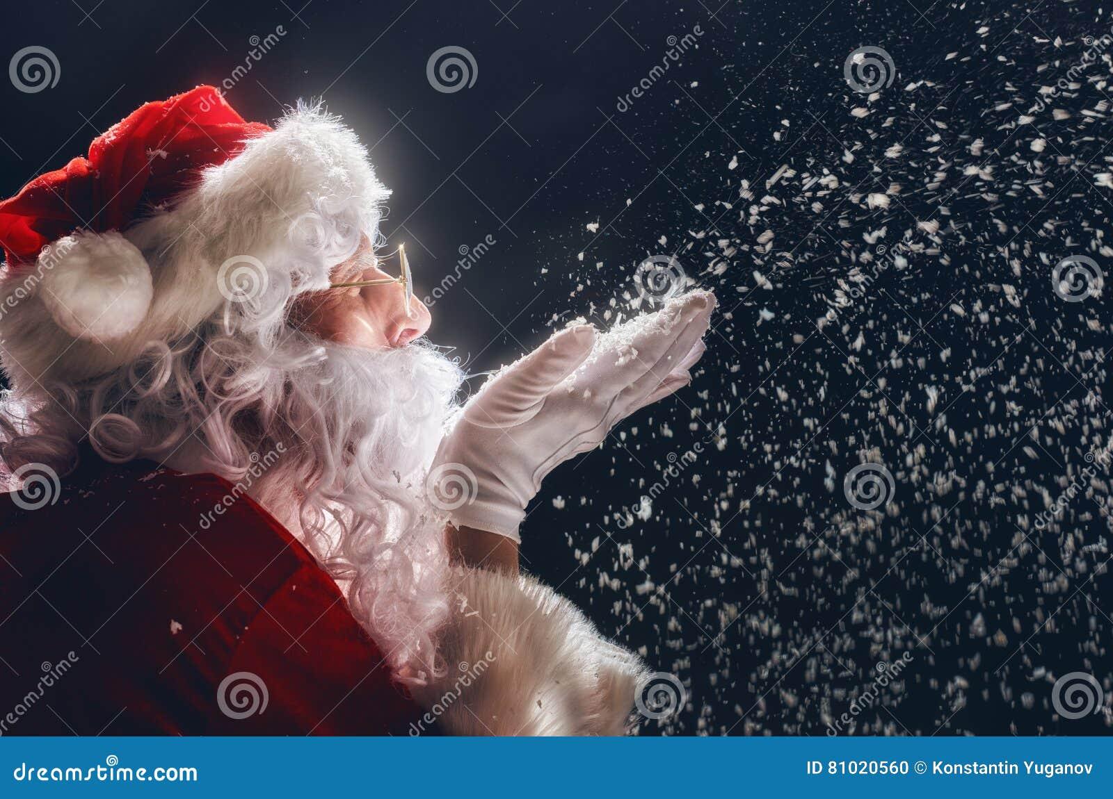 Święty Mikołaj dmucha śnieg