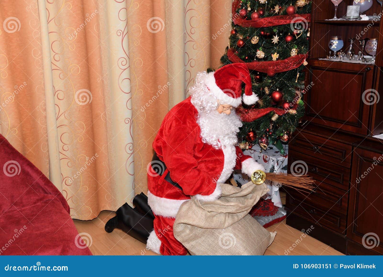 Święty Mikołaj i Christmass drzewo podczas Xmas z szczęśliwą dziewczyną