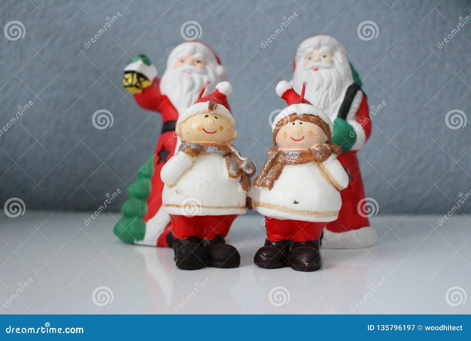 Święty Mikołaj i jego karłów asystenci