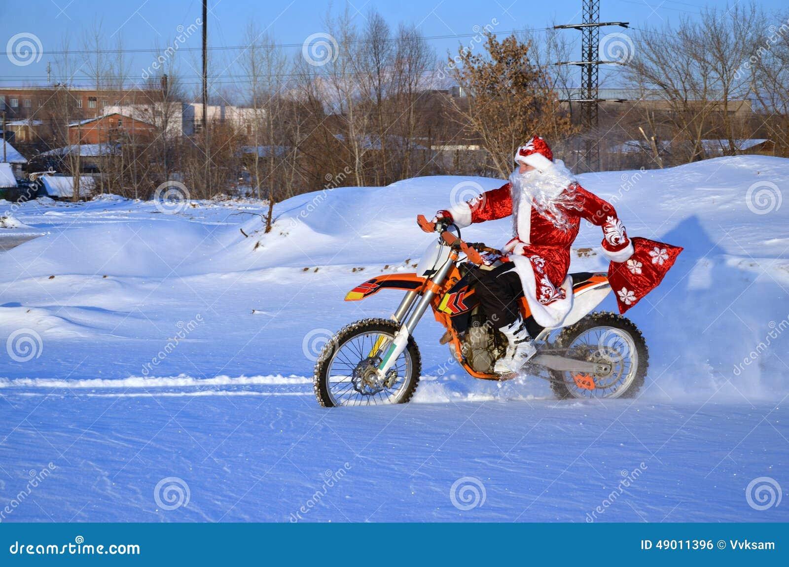 Święty Mikołaj jazda na roweru MX przez głębokiego śniegu