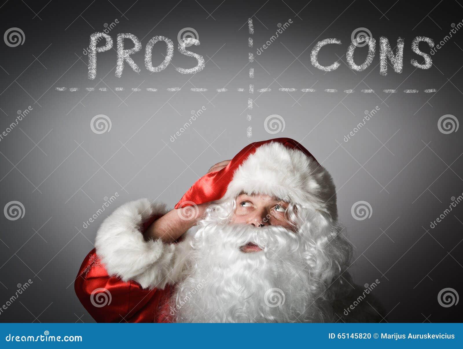Święty Mikołaj jest przyglądający up kantuje argument za