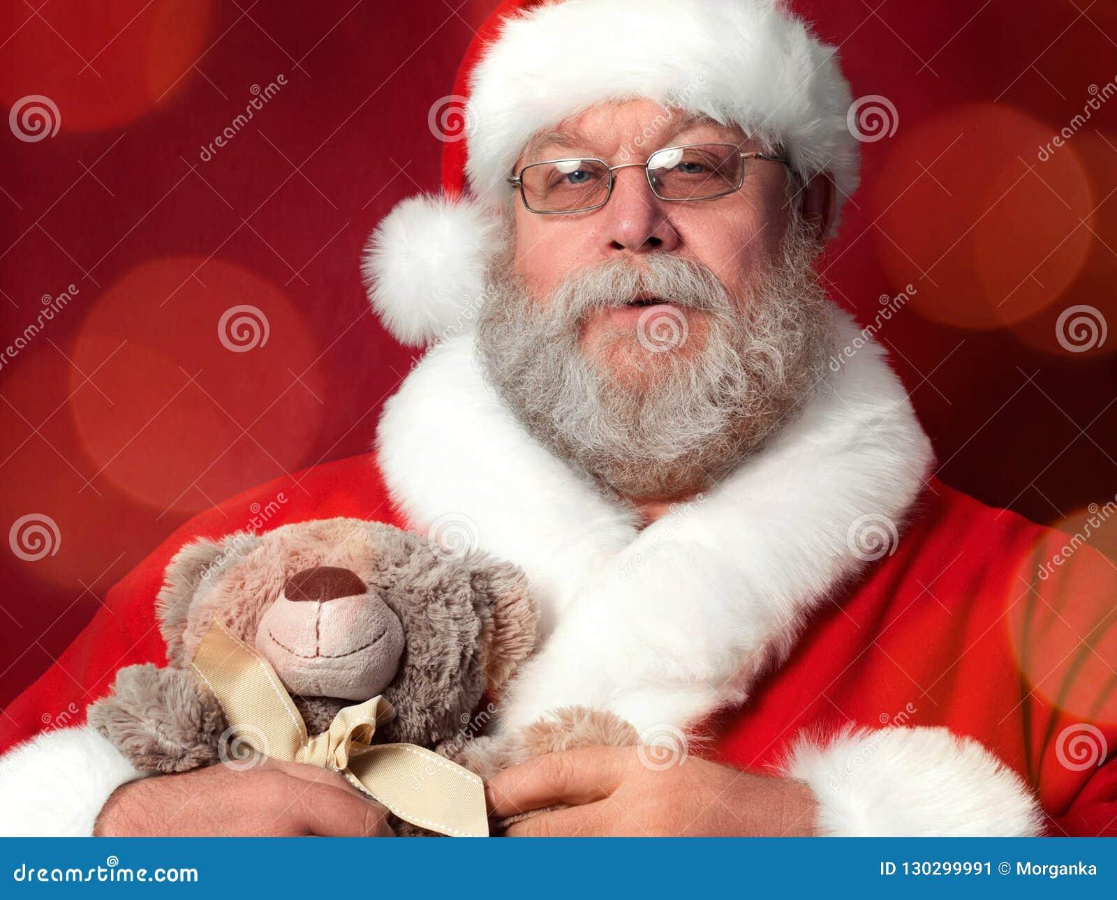 Święty Mikołaj mienia miś