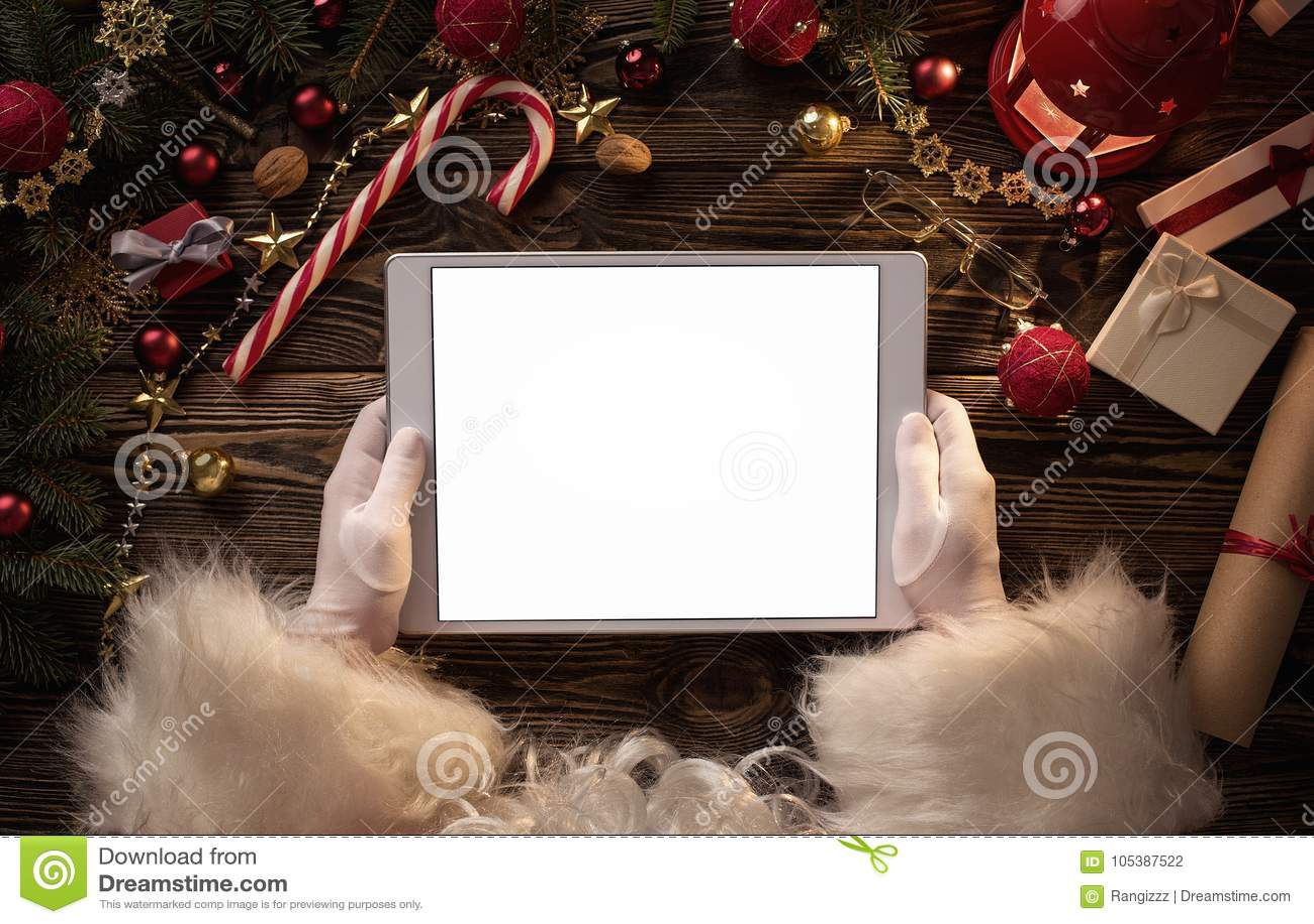 Święty Mikołaj wręcza mieniu pustą cyfrową pastylkę
