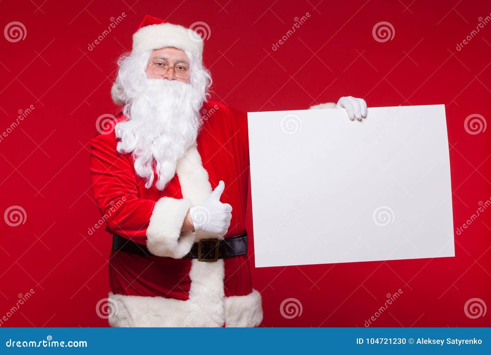 Święty Mikołaj wskazuje w pustym reklama sztandarze na czerwonym tle z kopii przestrzenią