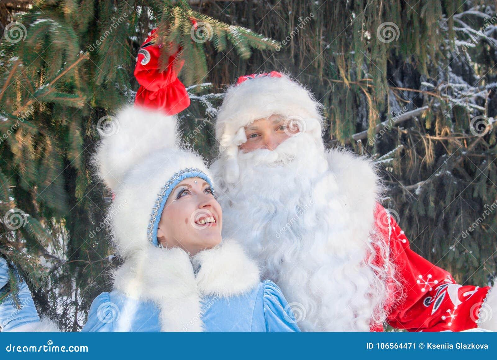 Święty Mikołaj z długą brodą i chybienie