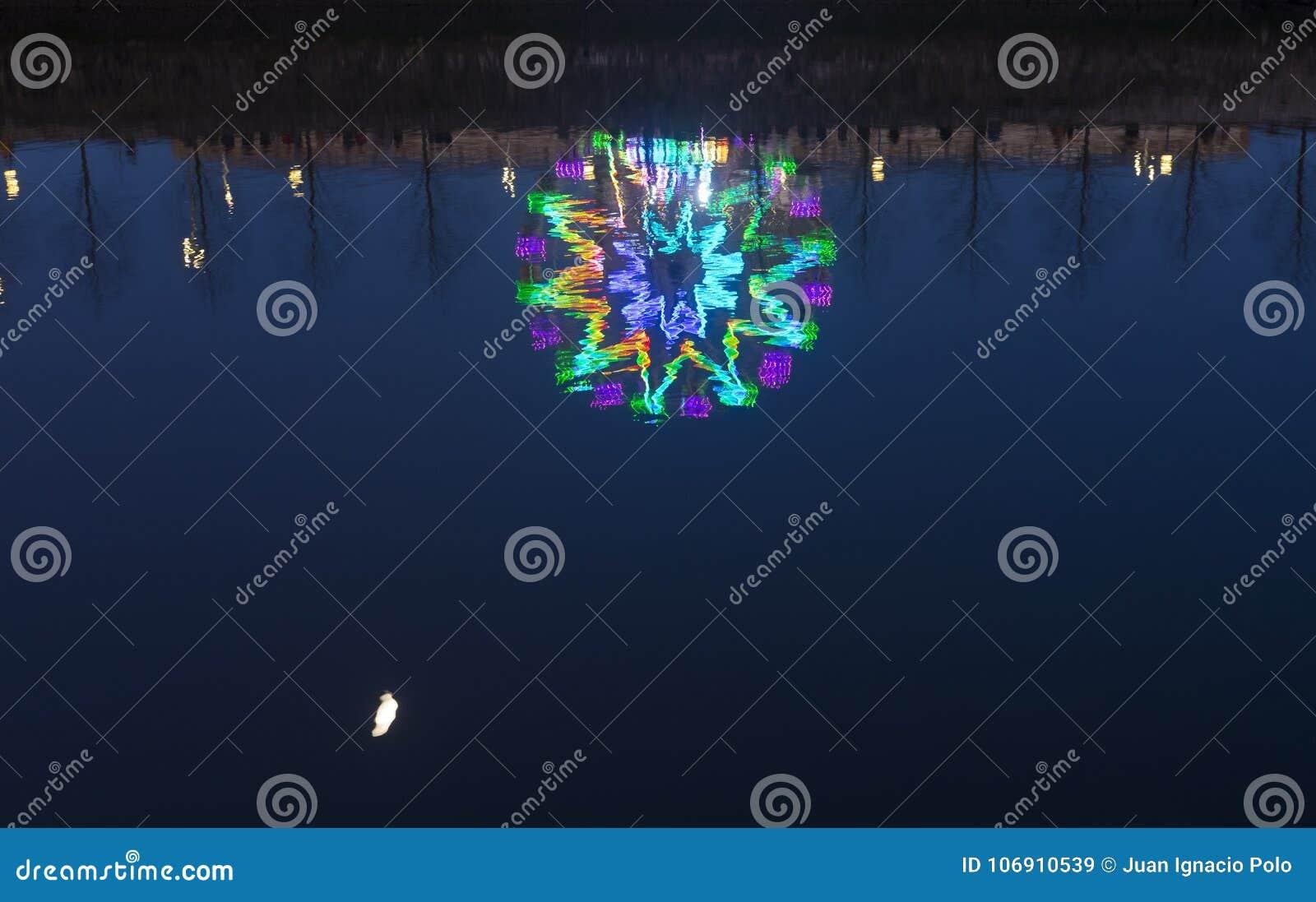 Światła ferris toczą wewnątrz Bożenarodzeniowego boisko