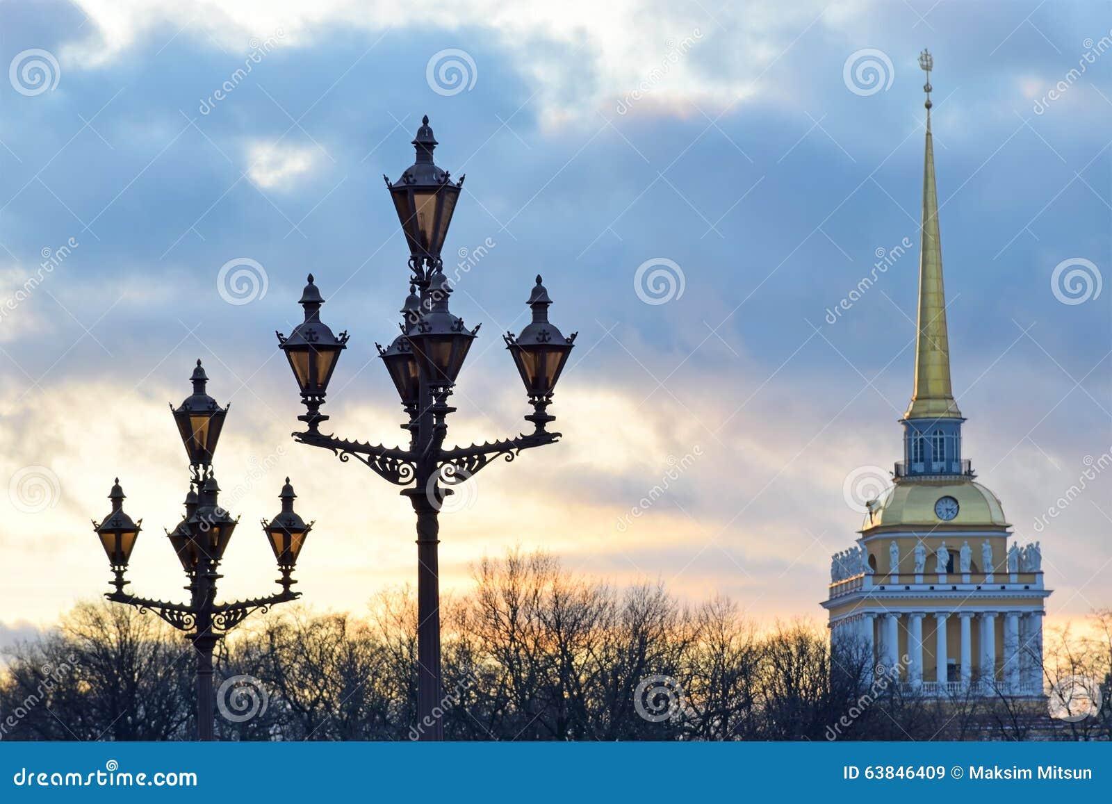Światła pałac obciosują przeciw tłu admiralici iglica