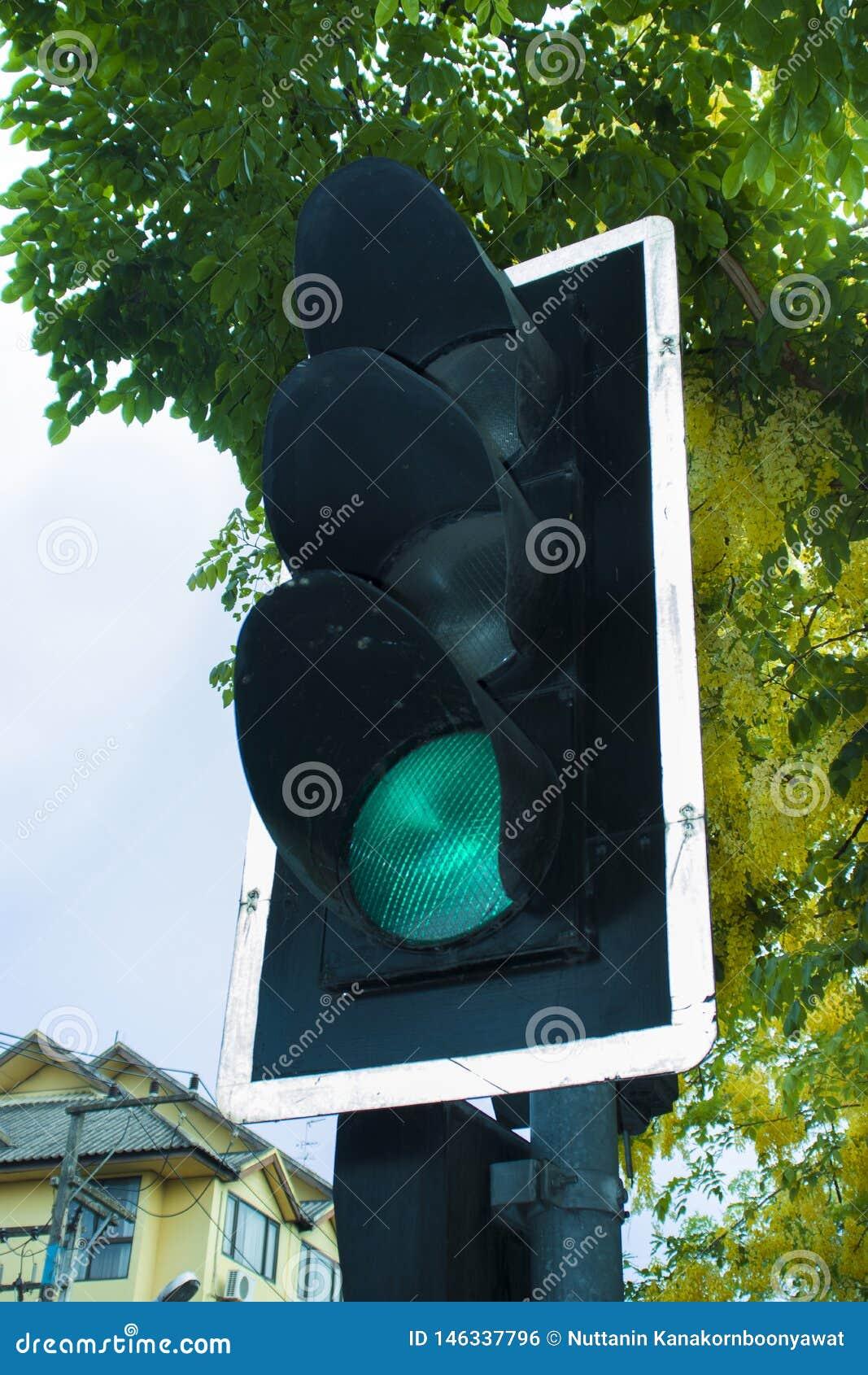 Światła ruchu z zielonym kolorem w miasto ulicie