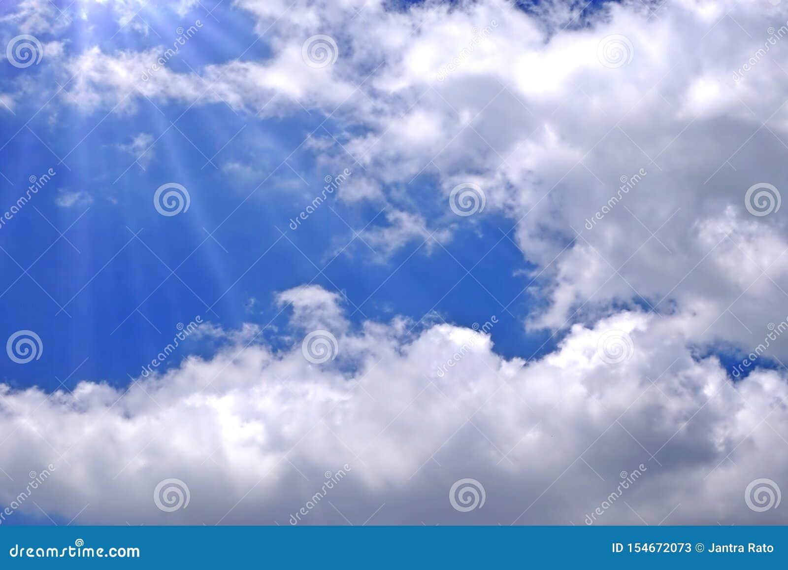 Światła słonecznego łamanie przez białych chmur