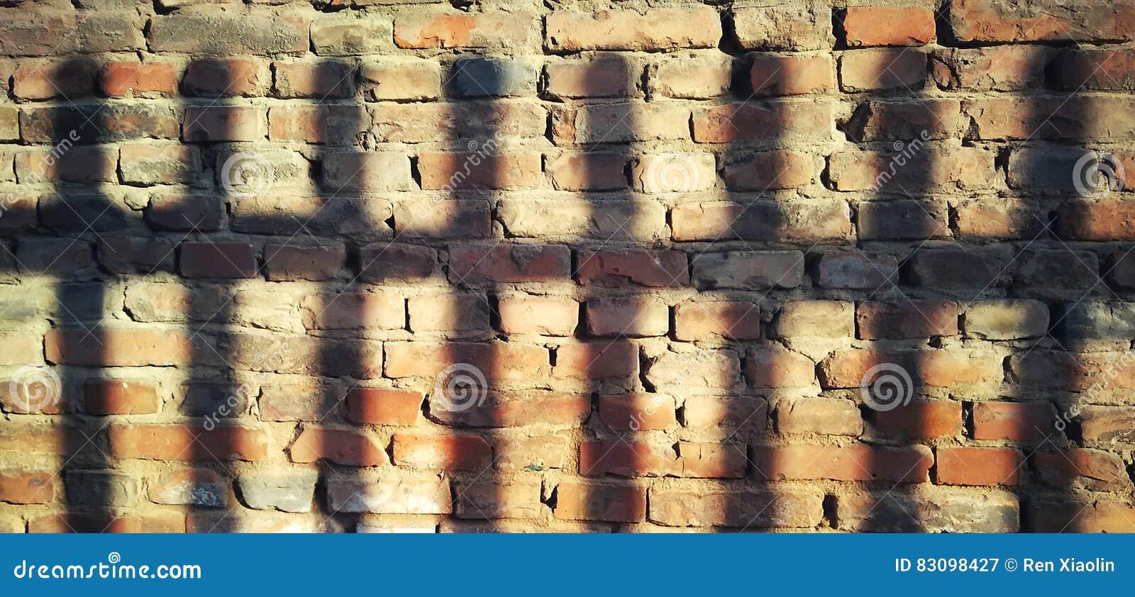 Światło i cień na ścianie