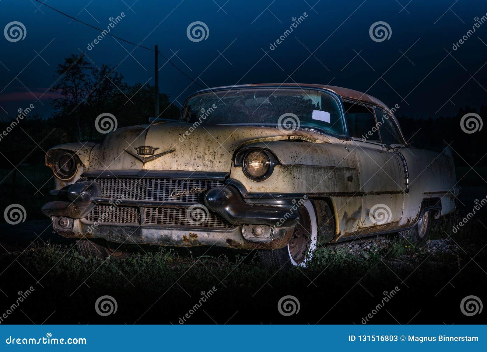 Światło malował przy nocą i wewnątrz bardzo bije w górę i w złym stanie Klasyczny Amerykański samochód od lata pięćdziesiąte