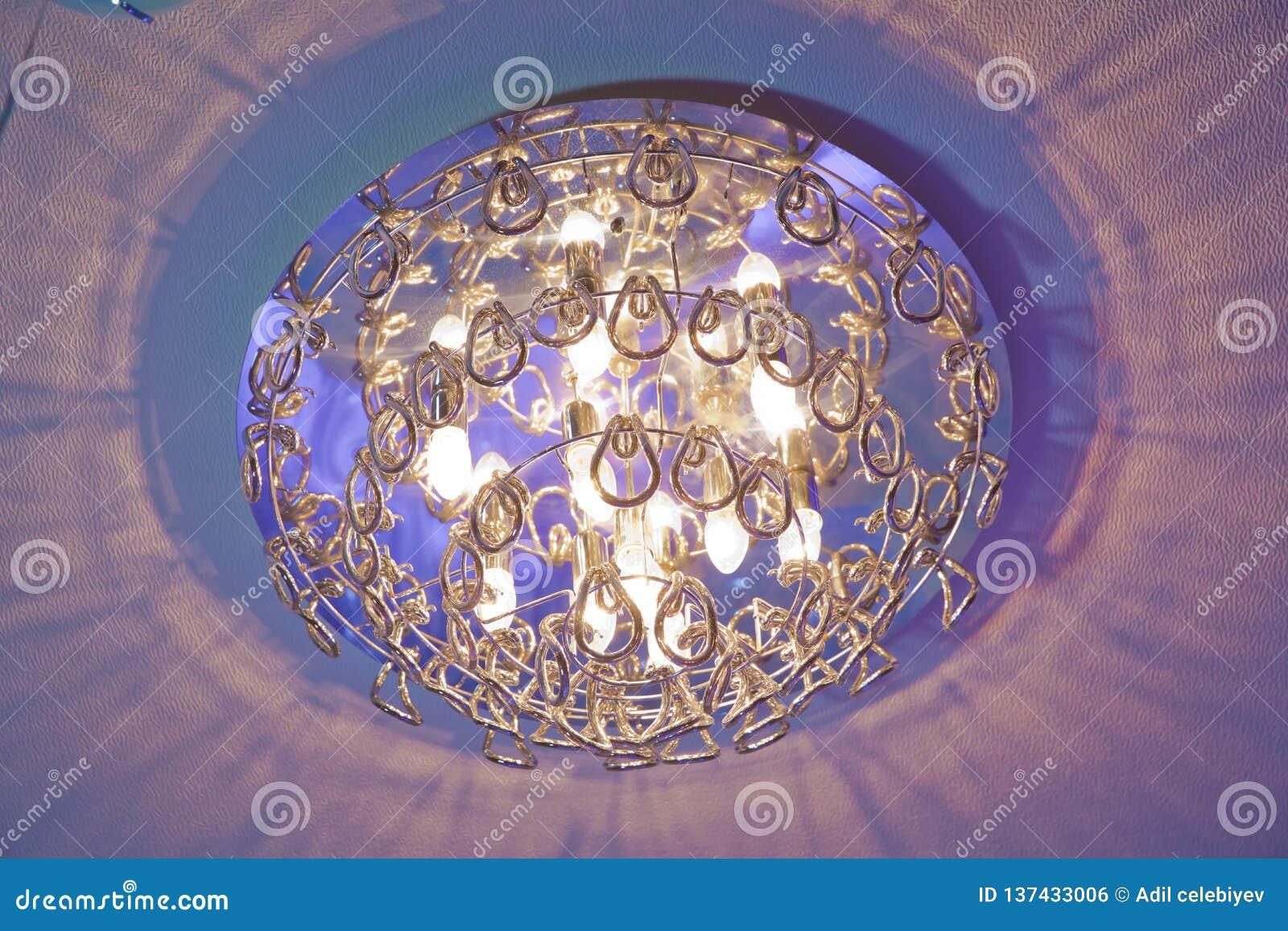 Światło obracający dalej Nowożytny płatowaty sufit z wbitymi światłami i nadużytą sufit intarsją