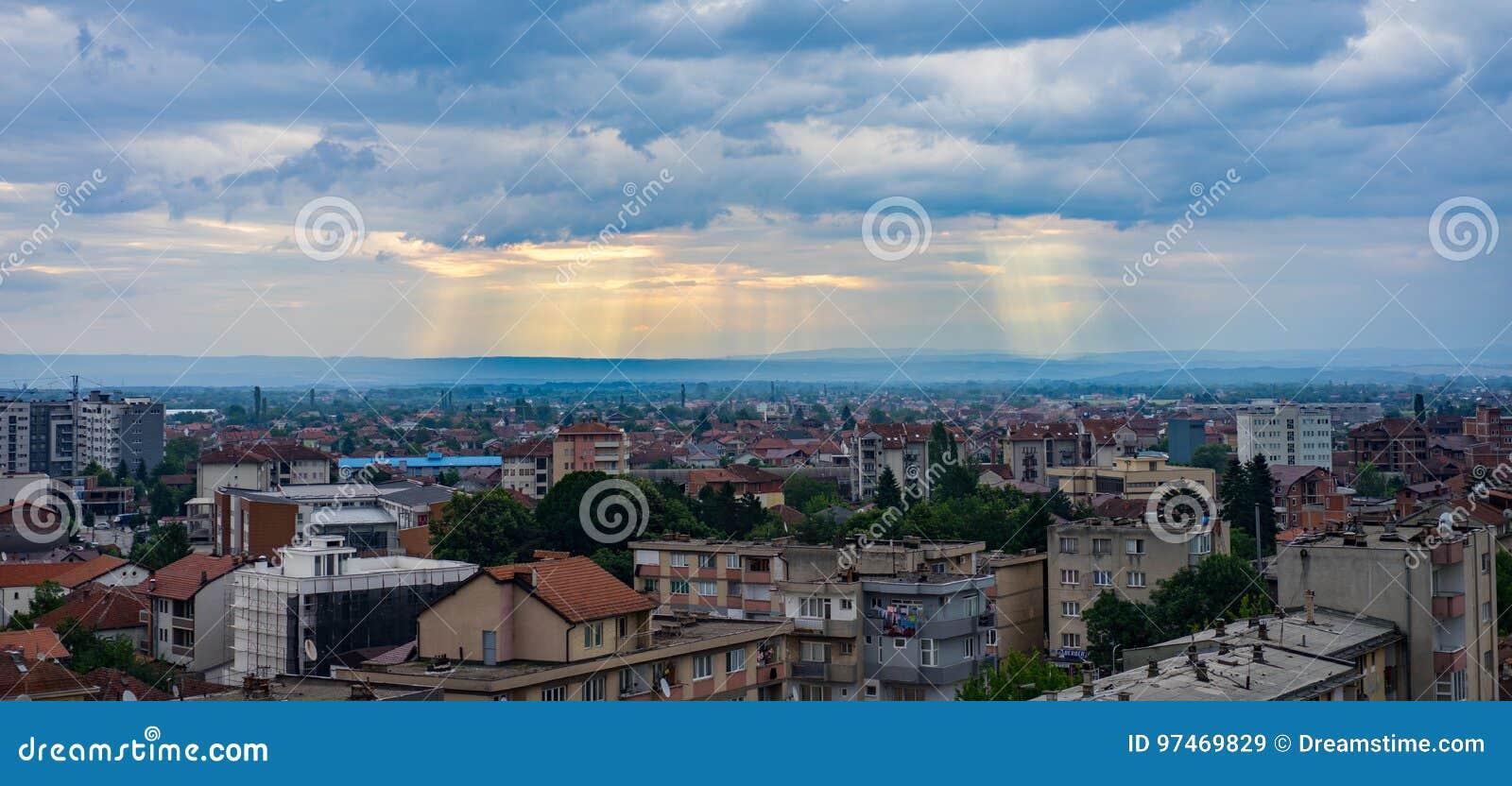 Światło przerwy przez chmur nad Peje Kosowo
