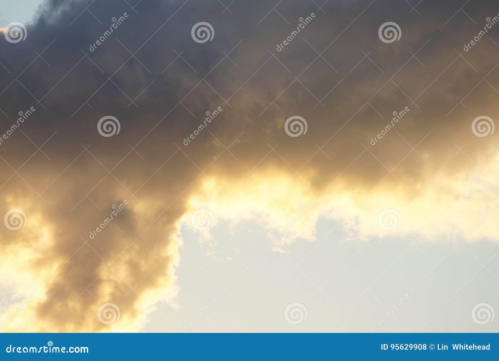 Światło słoneczne przechyla bazę ciemnienie burzy chmury
