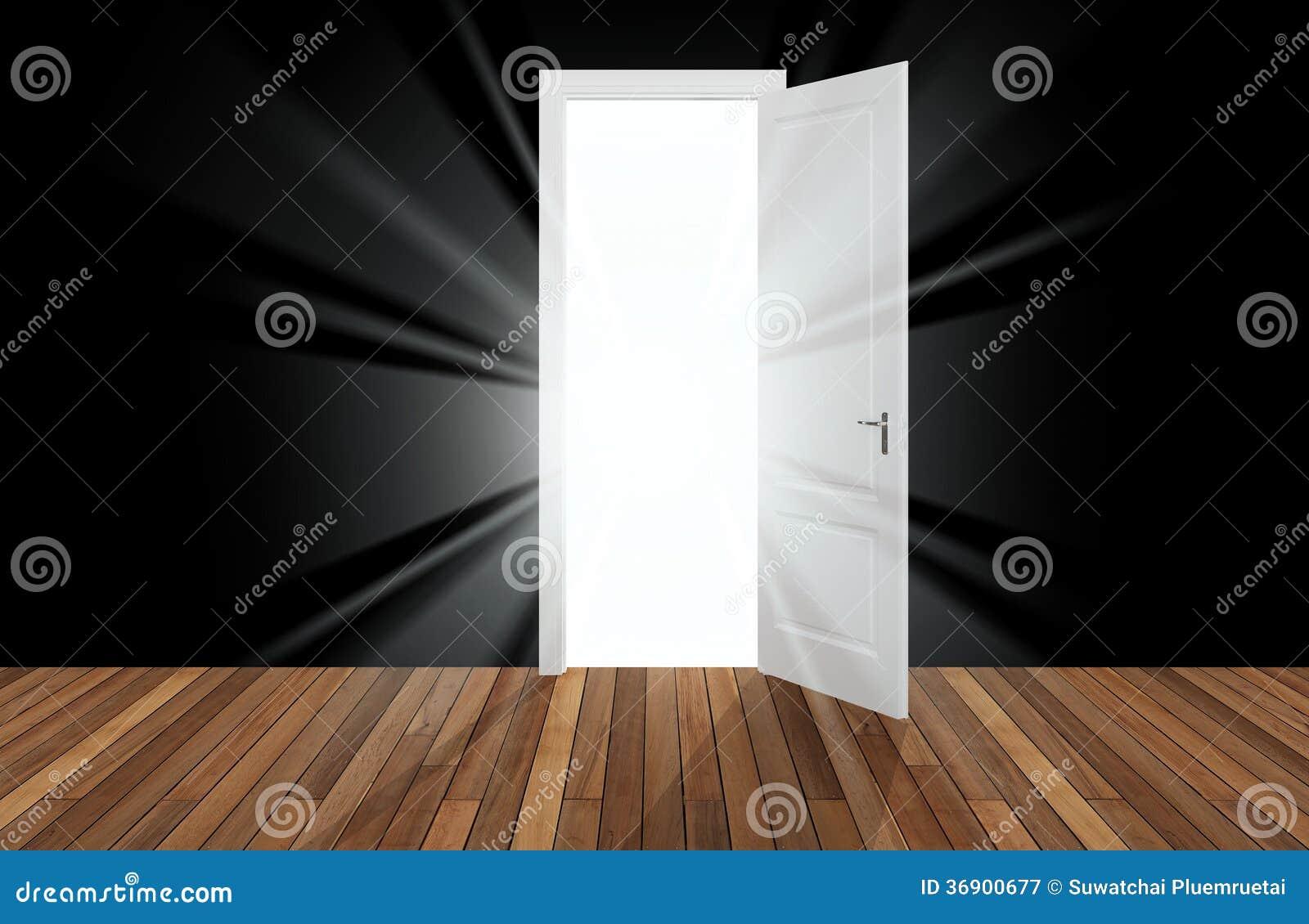 Światło słoneczne za otwarcia drzwi