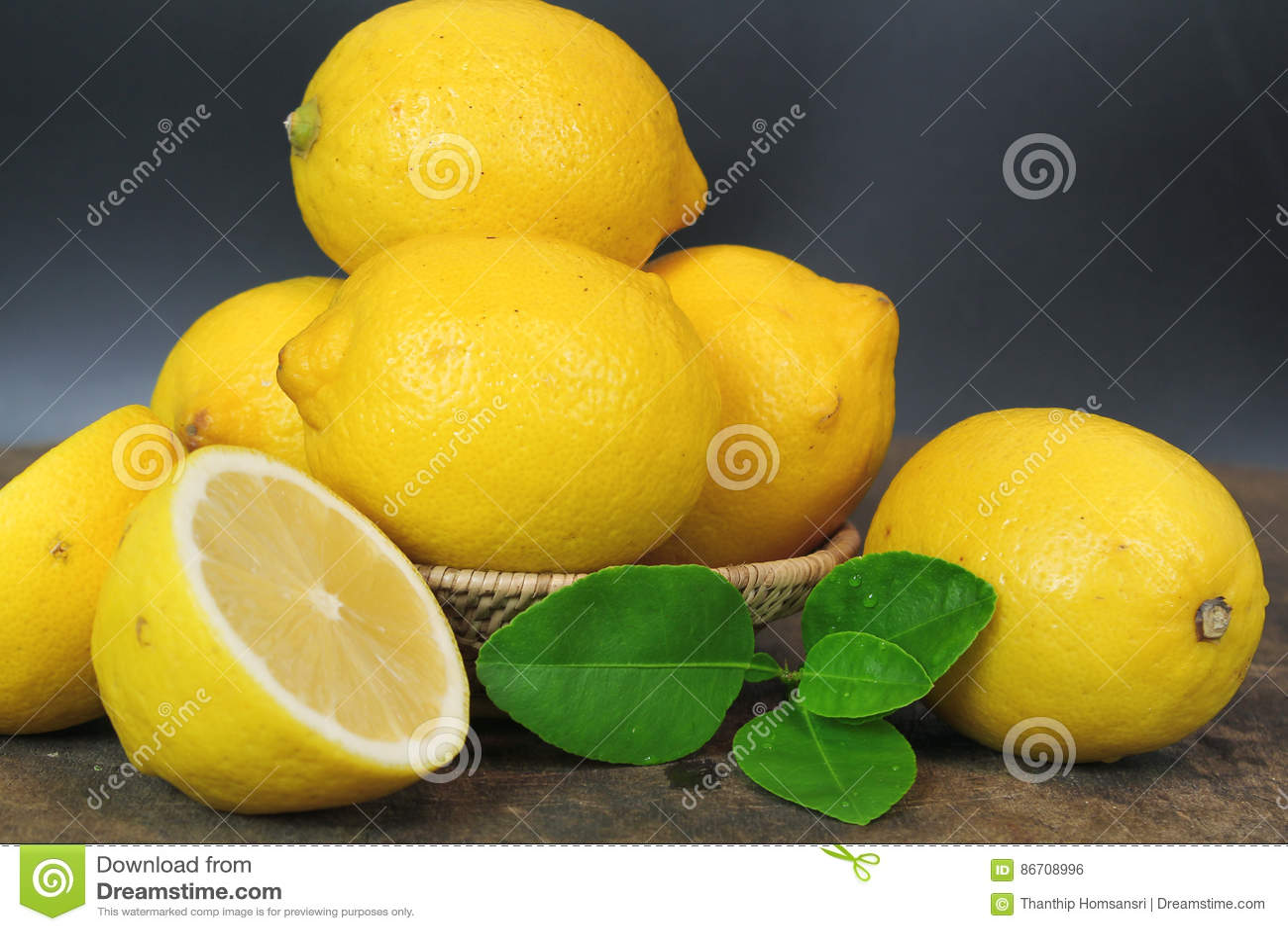 Świeża cytryna cała i plasterek