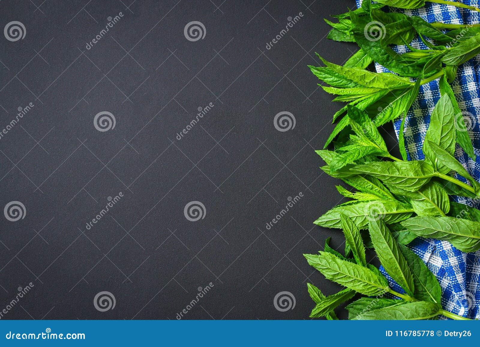 Świeża domowej roboty zielona miętówka na szarym zmroku betonu stole Odgórny widok