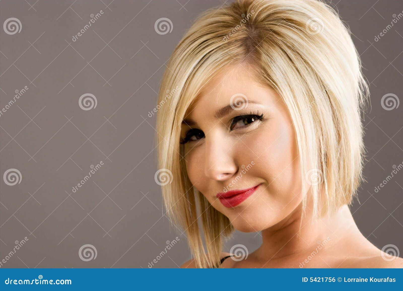świeża modna fryzura
