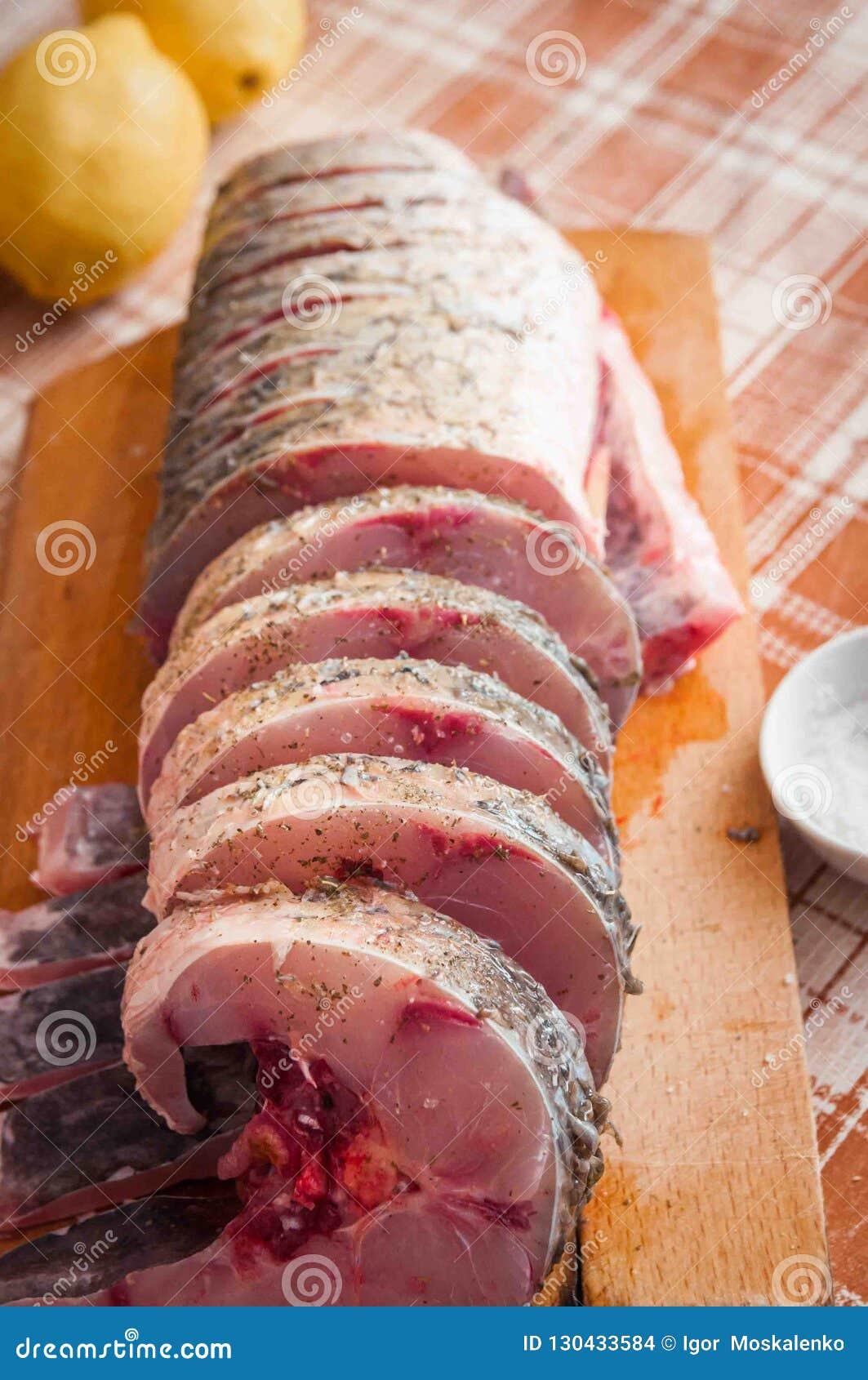 Świeża słodkowodna ryba dla gotować w piekarniku