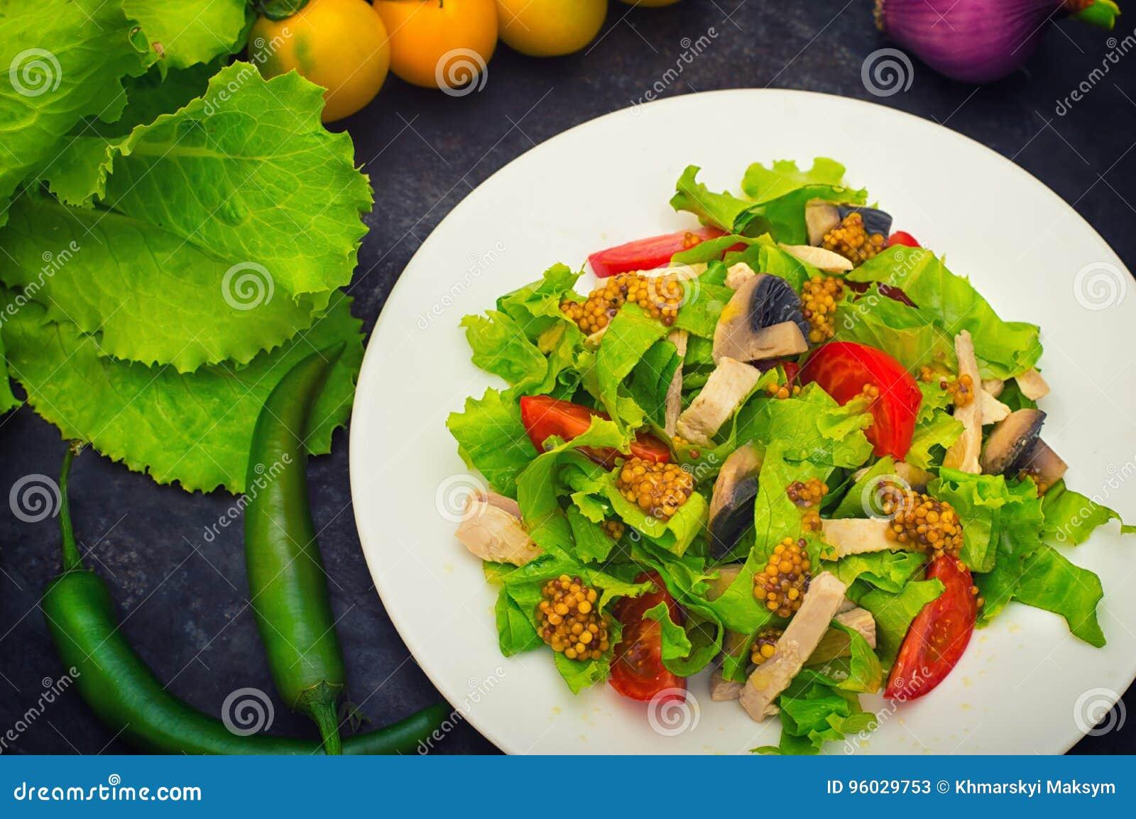 Świeża sałatka z kurczakiem, pieczarki, sałata, pomidor i musztarda, zamaczamy Zmroku kamienny tło Odgórny widok Zakończenie