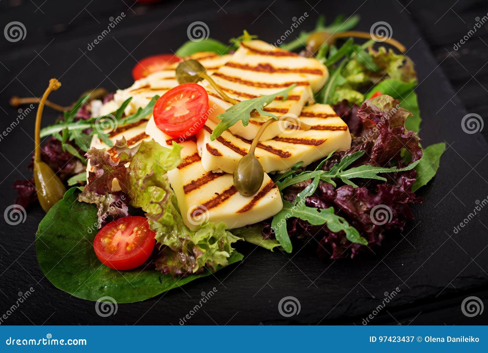 Świeża sałatka z piec na grillu serem, pomidory, kapary, sałata