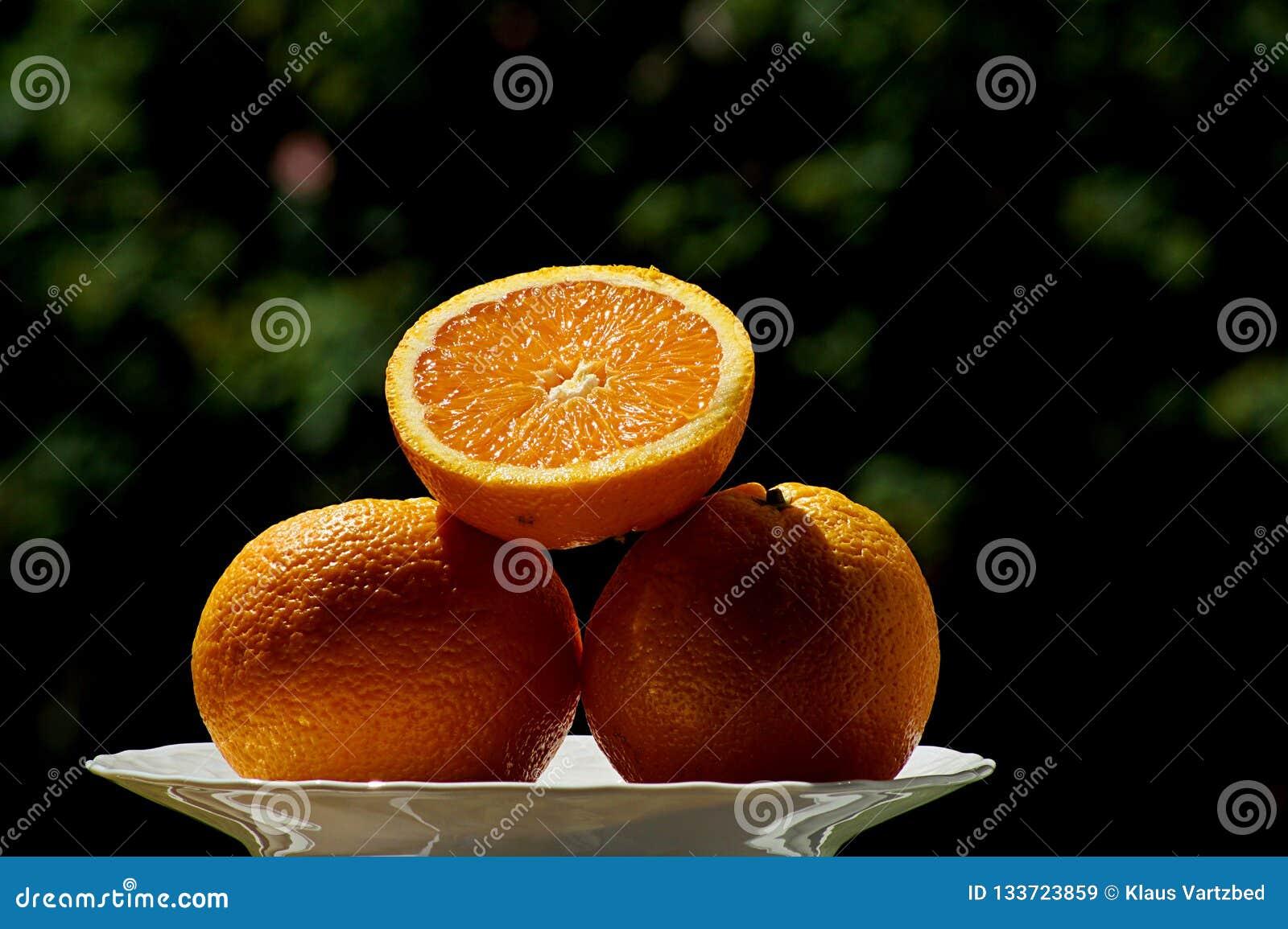 Świeża smakowita pomarańcze w lecie