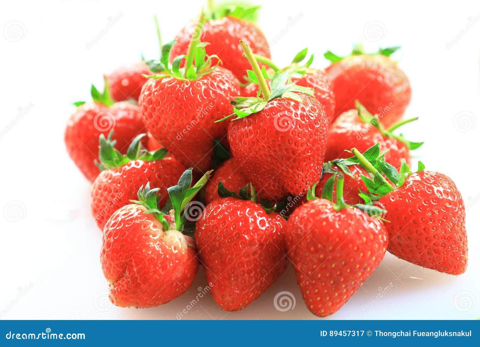 Świeża truskawka, słodkie owoc na białej plastikowej ciapanie desce,