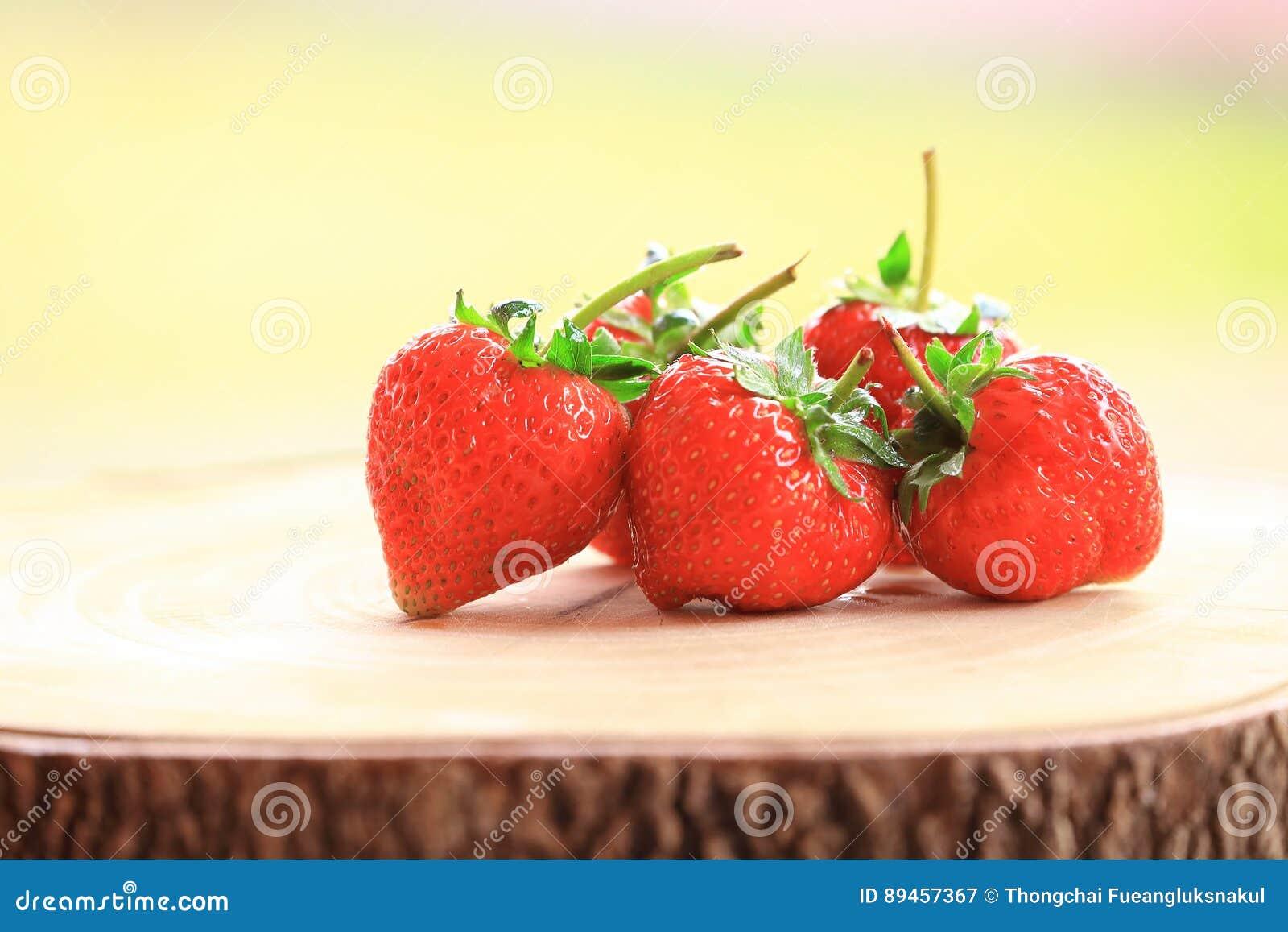 Świeża truskawka, słodkie owoc na drewnianej ciapanie desce,