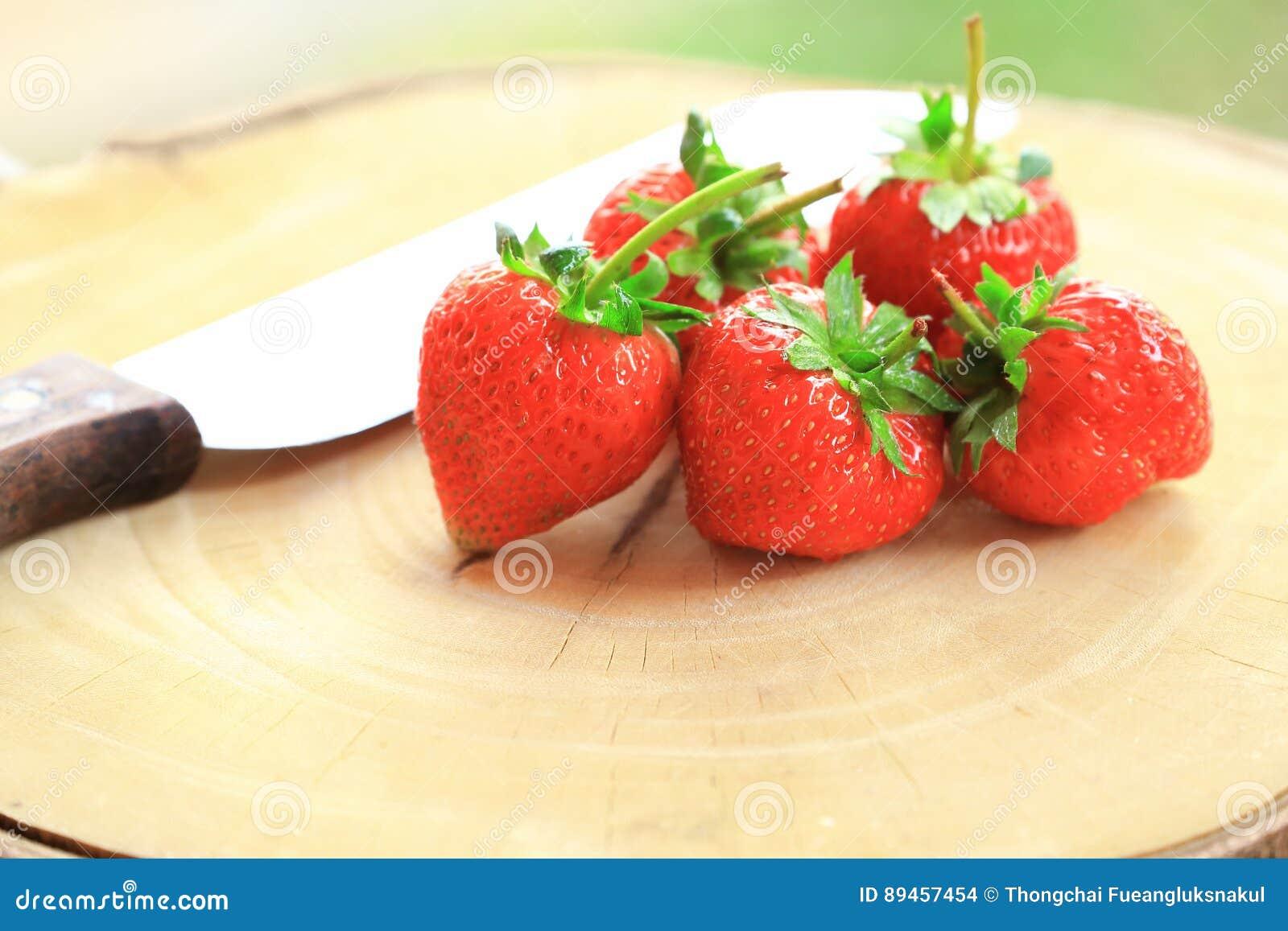 Świeża truskawka, słodkie owoc na drewnianej ciapanie desce z nożem,