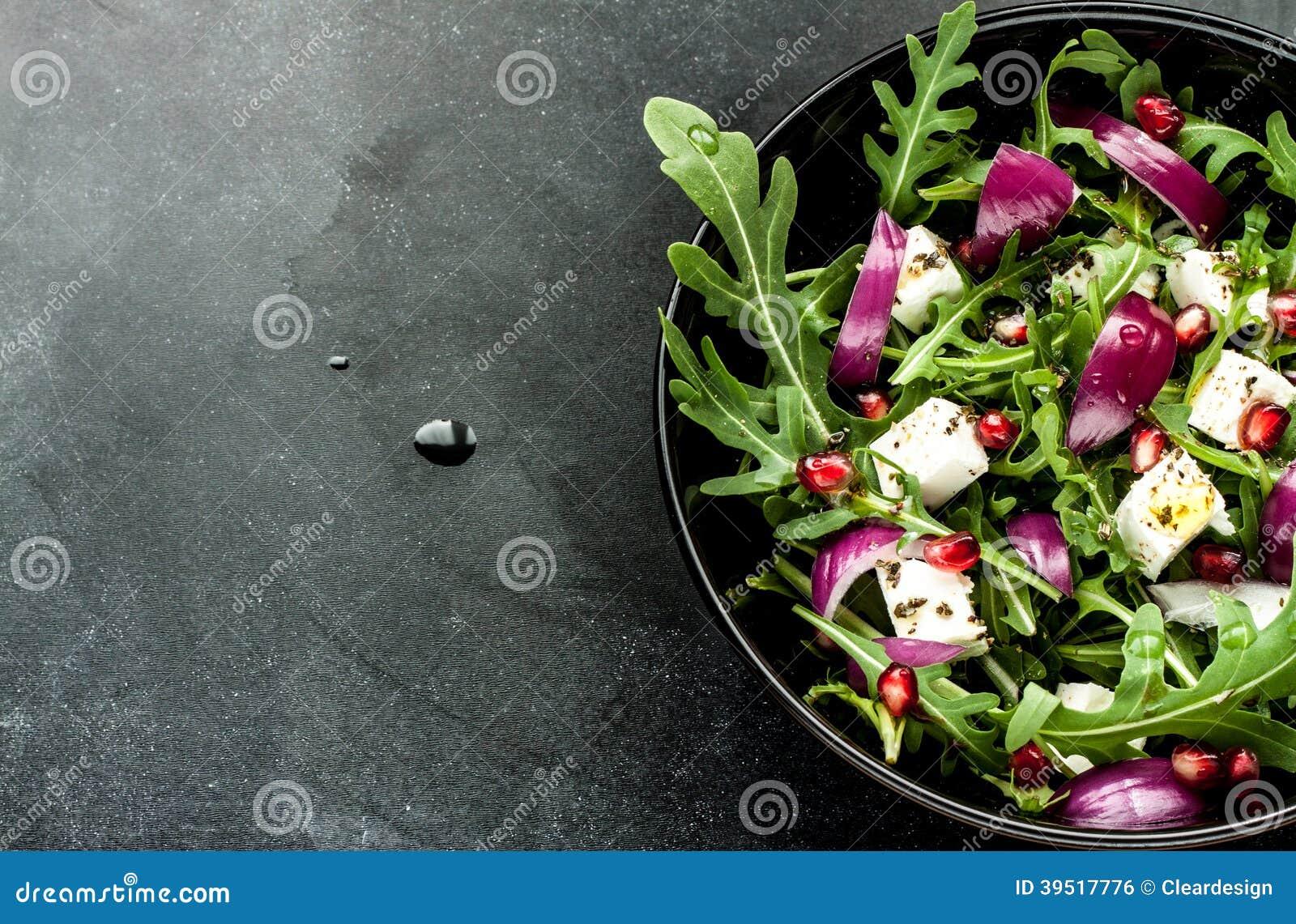 Świeża wiosny sałatka z rucola, feta serem i czerwoną cebulą,
