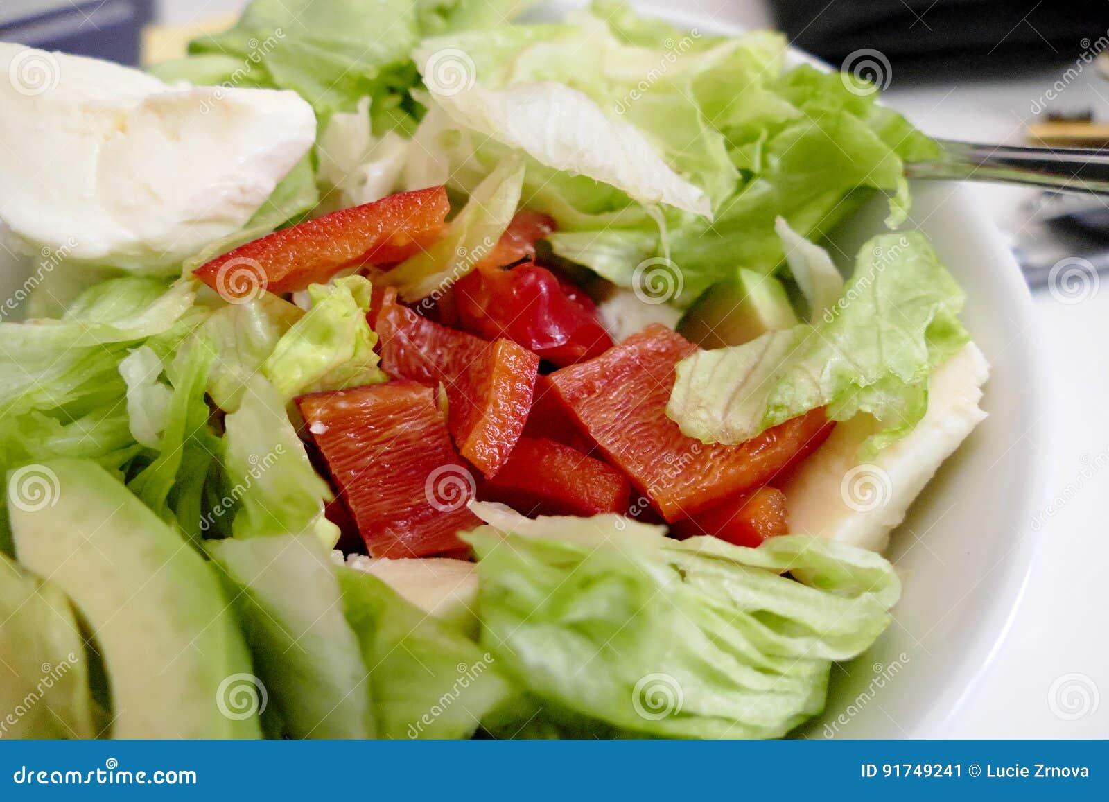 Świeża zdrowa jarzynowa sałatka w pucharze
