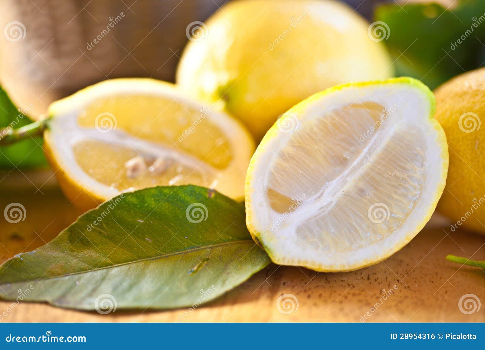 Świeże dojrzałe cytryny