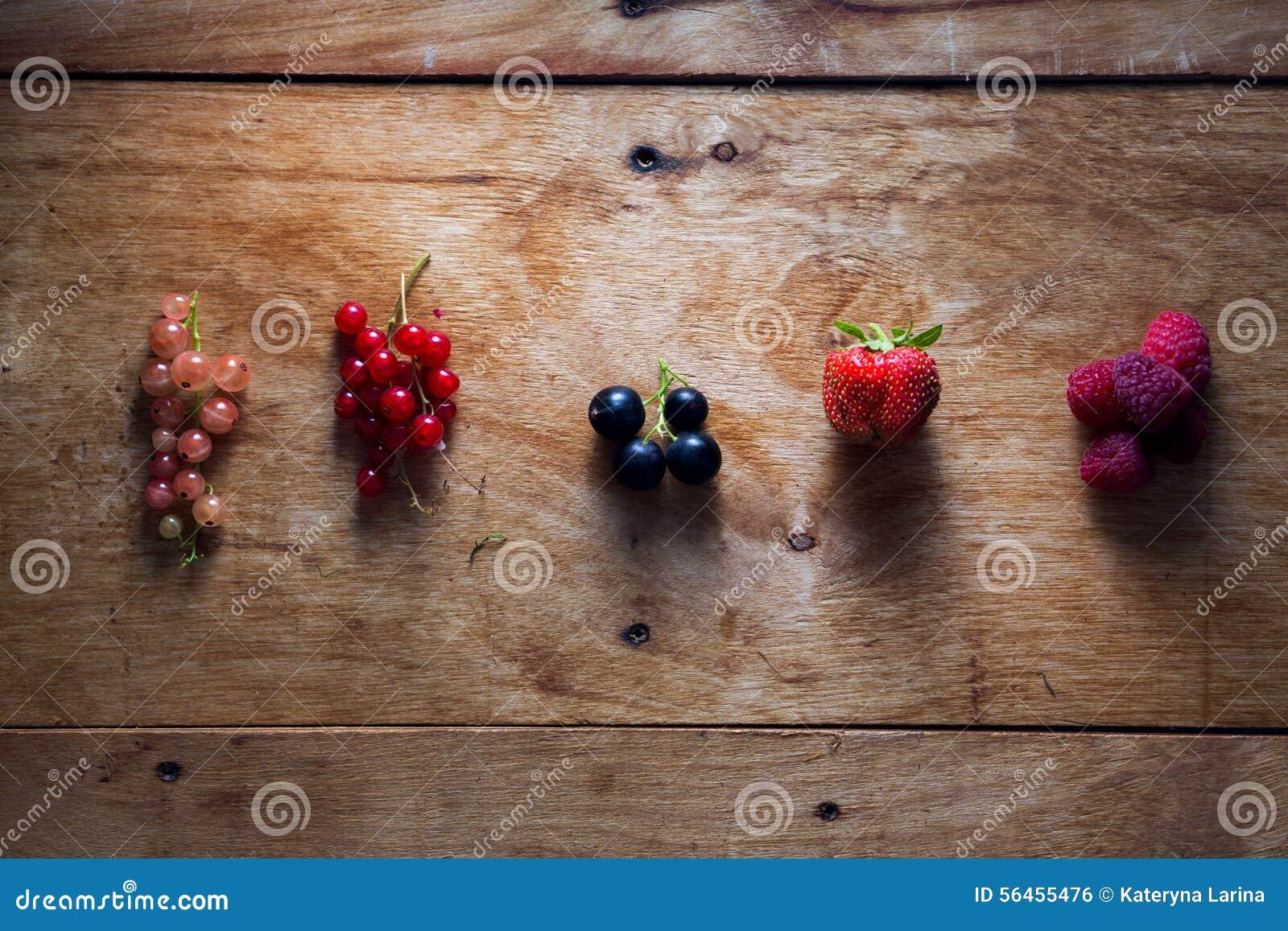 Świeże jagody na drewnianym tło stole