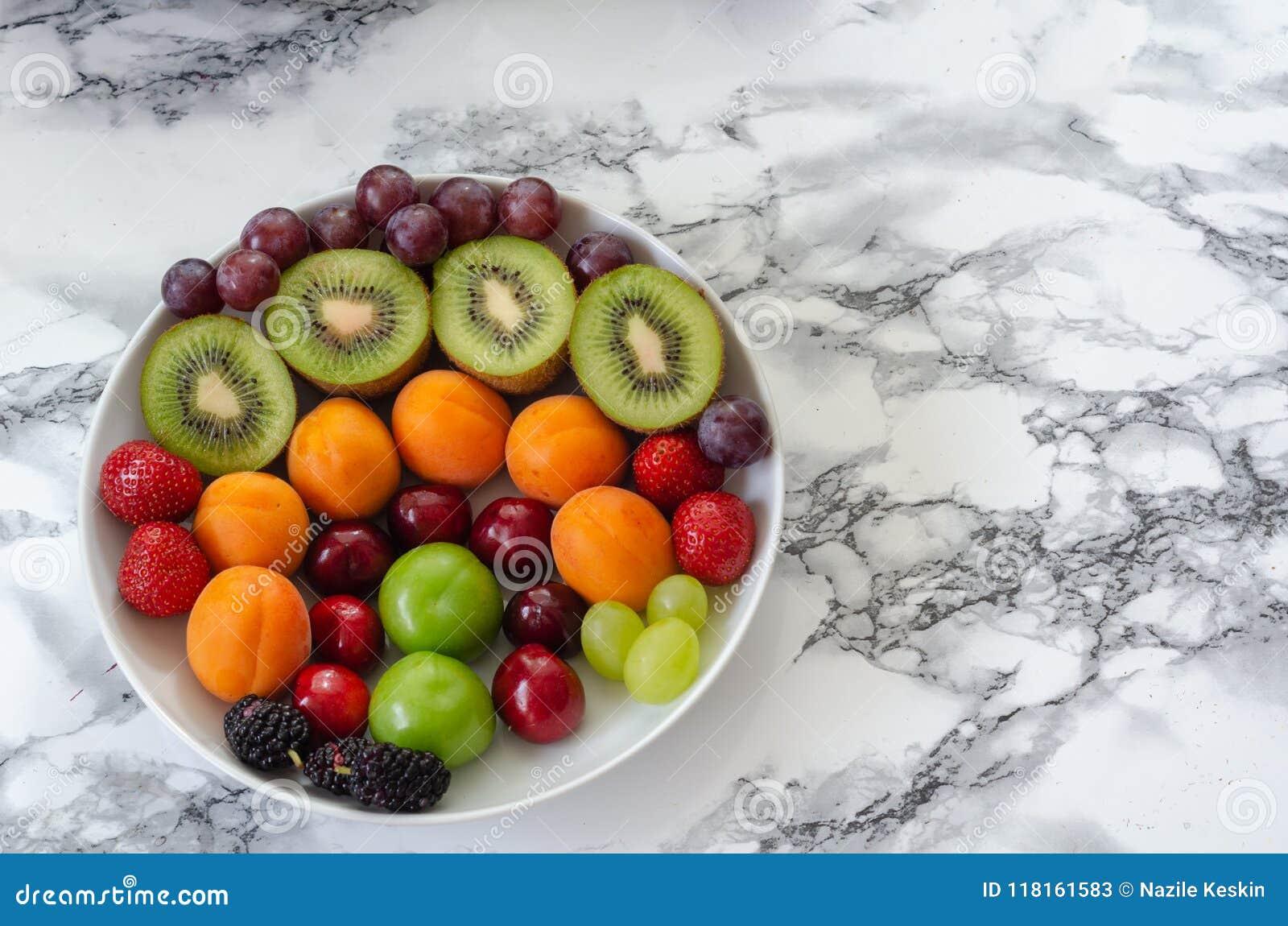Świeże kolorowe owoc w bielu talerzu Zdrowy odżywianie, dieta co