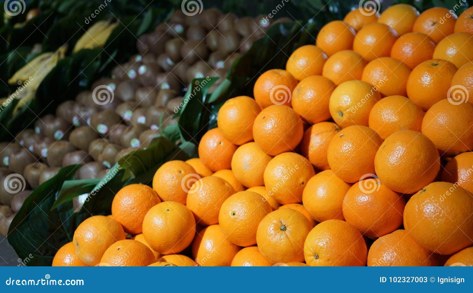 Świeże organicznie owoc pomarańcze, kiwi, banany na pokazie w rolnikach wprowadzać na rynek