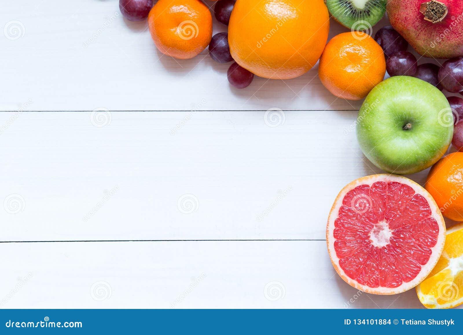 Świeże owoc na drewnianych desek ramowym tle
