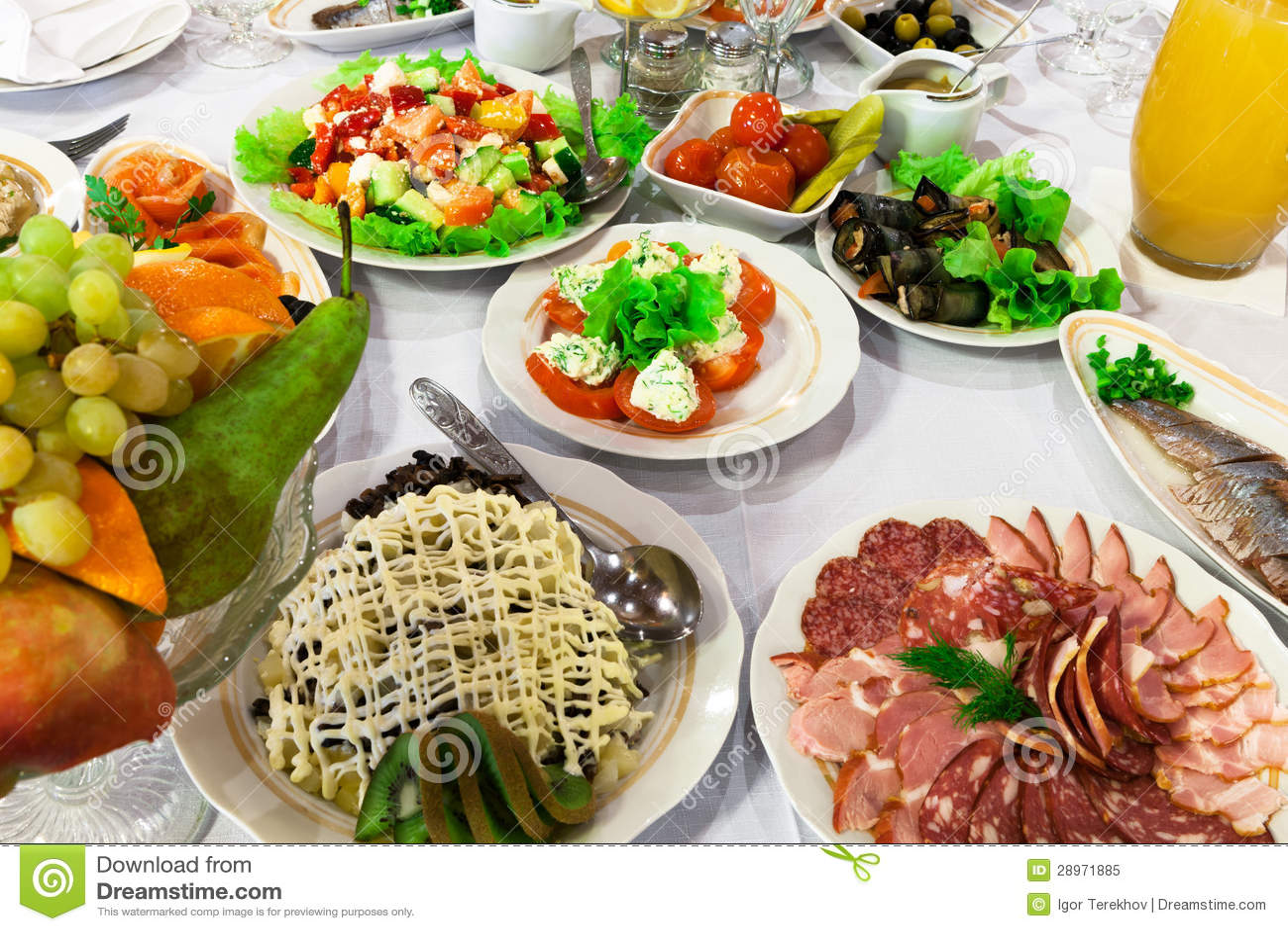 Świeże sałatki i kiełbasa