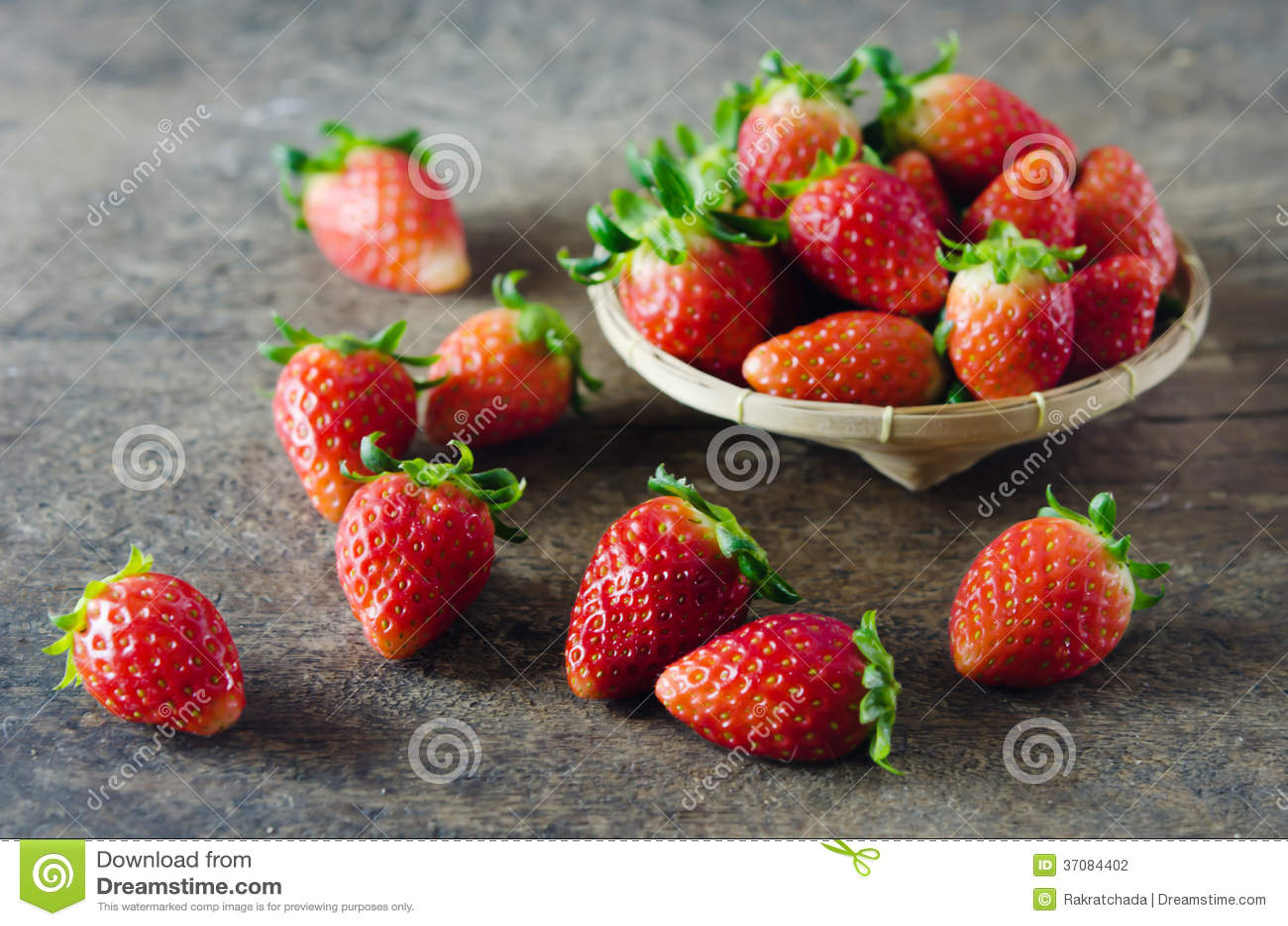 Download Świeże truskawki na koszu zdjęcie stock. Obraz złożonej z truskawka - 37084402
