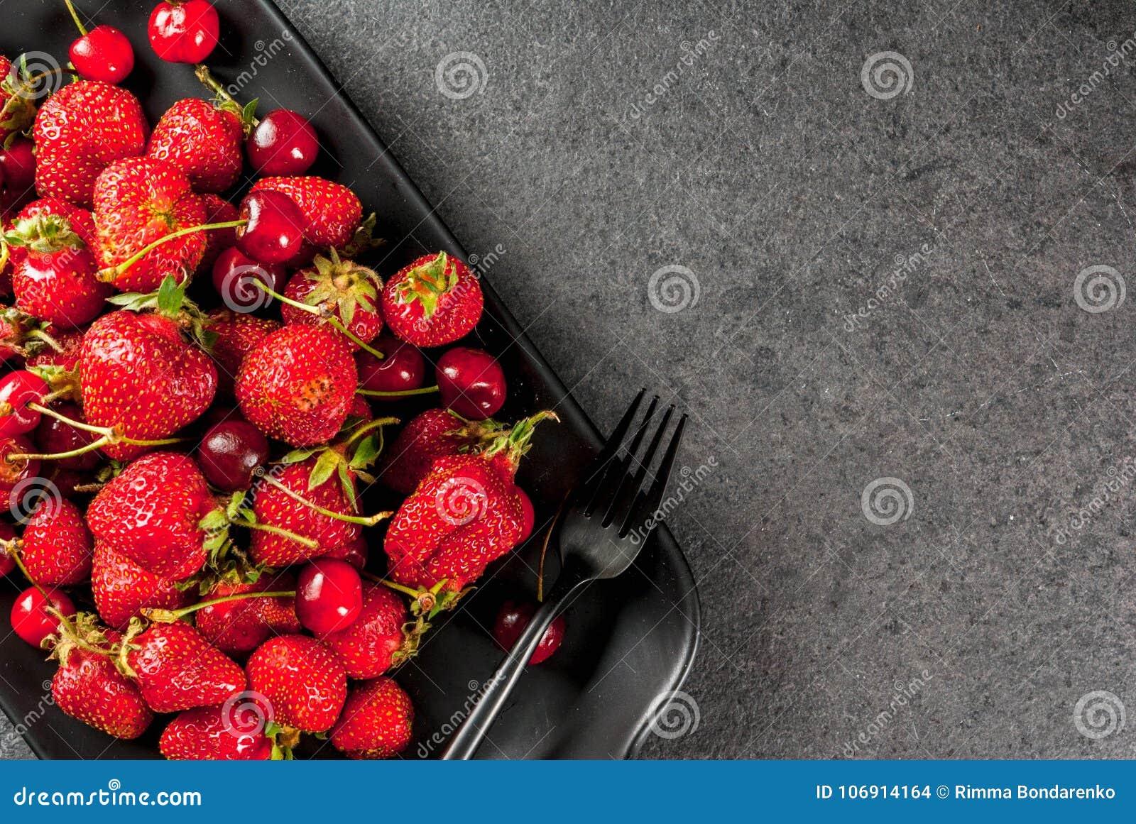 Świeże wiśnie i truskawki
