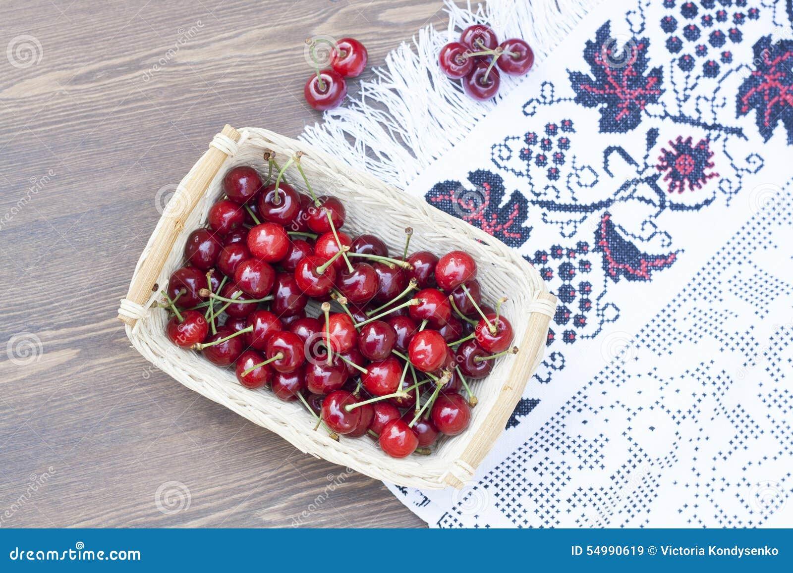 Świeże wiśnie na upiększonym ręczniku