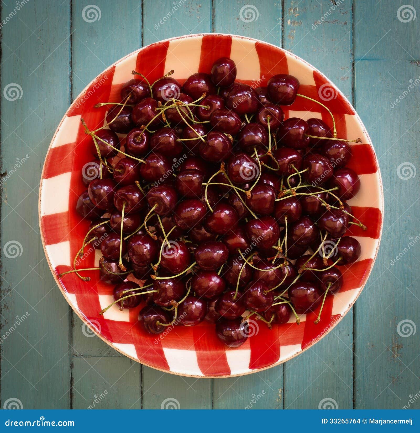 Świeże wiśnie w Czerwonym Gingham talerzu