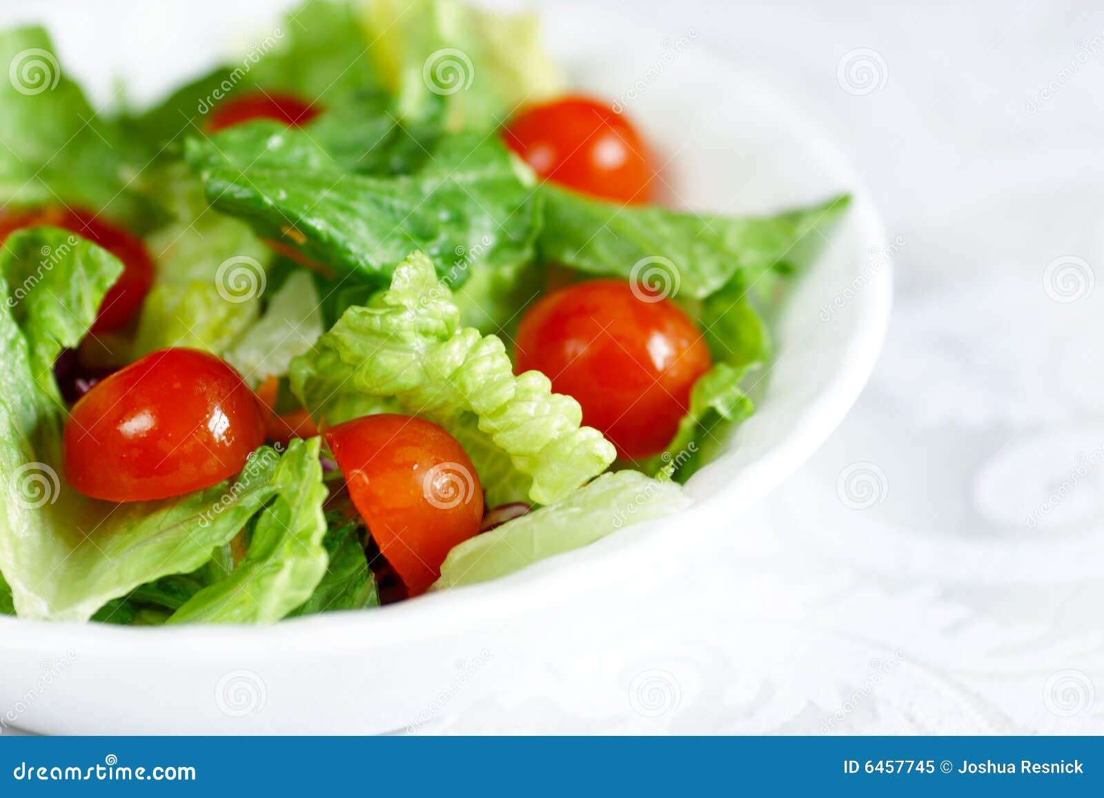 świeże zieloną sałatkę